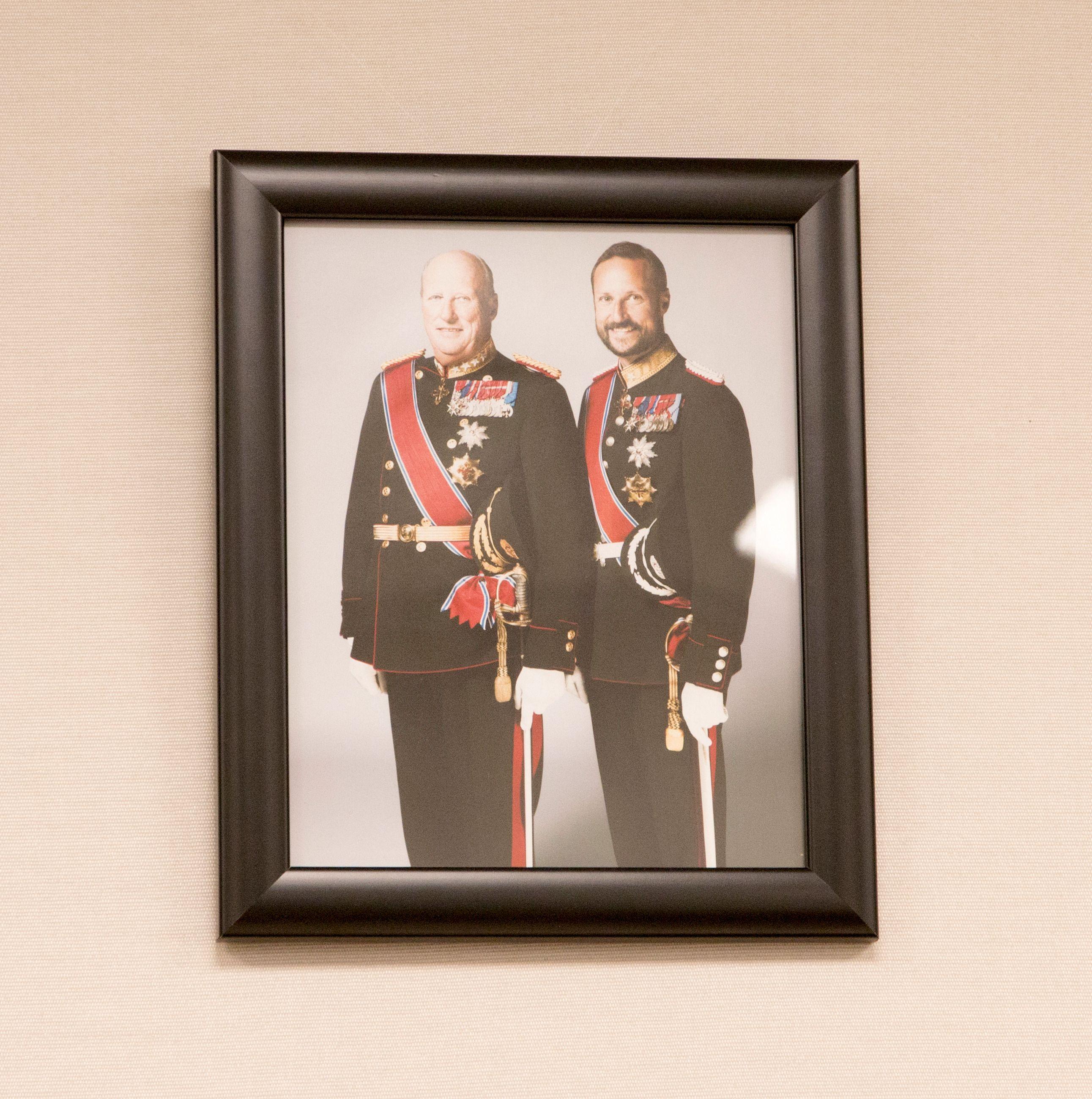 Kongen og kronprinsen pryder veggen på det støysikrede møterommet.Foto: Finn Jarle Kvalheim, Tek.no
