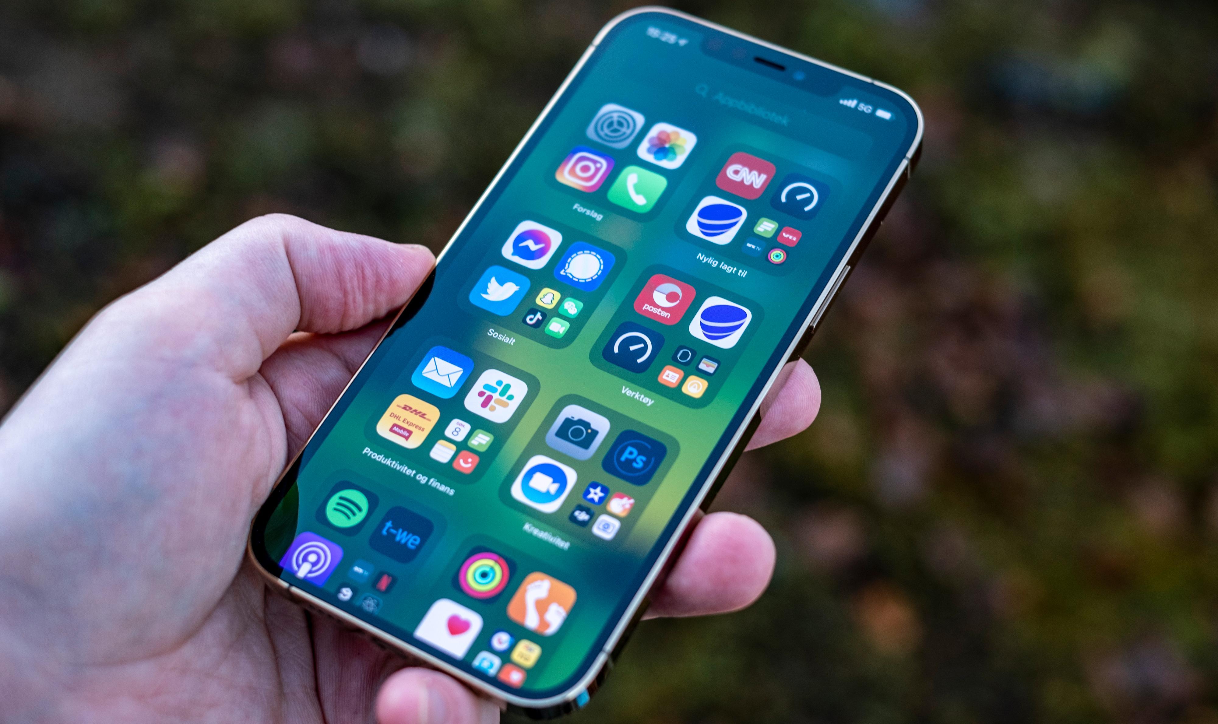 Høstens iOS 15 har fått en mengde nye funksjoner, og etter hvert skal iPhoner med operativsystemet jakte på overgrepsbilder. Den nye løsningen er omdiskutert.