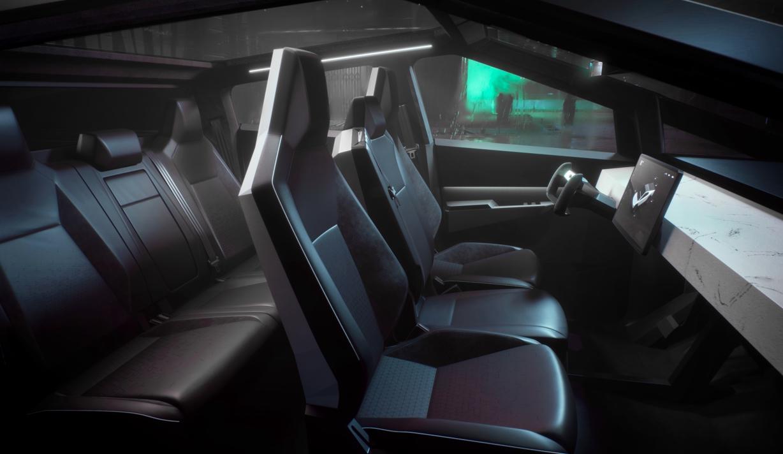 Innvendig minner Cybertruck mer om en typisk Tesla-bil, med et svært minimalistisk preg og den velkjente skjermen i midtkonsollen.