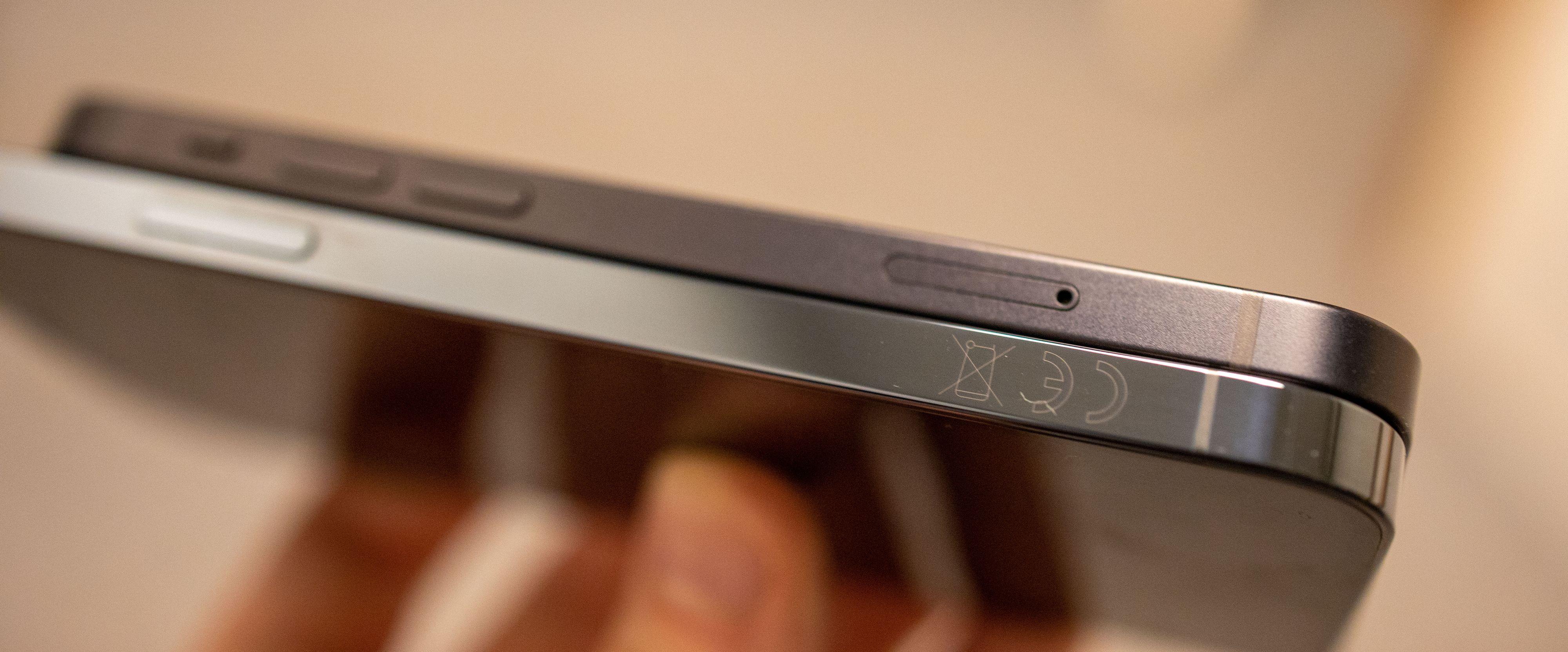 Den matte siden på iPhone 12 Mini får mindre fingeravtrykksmerker enn den blanke overflaten på iPhone 12 Pro.