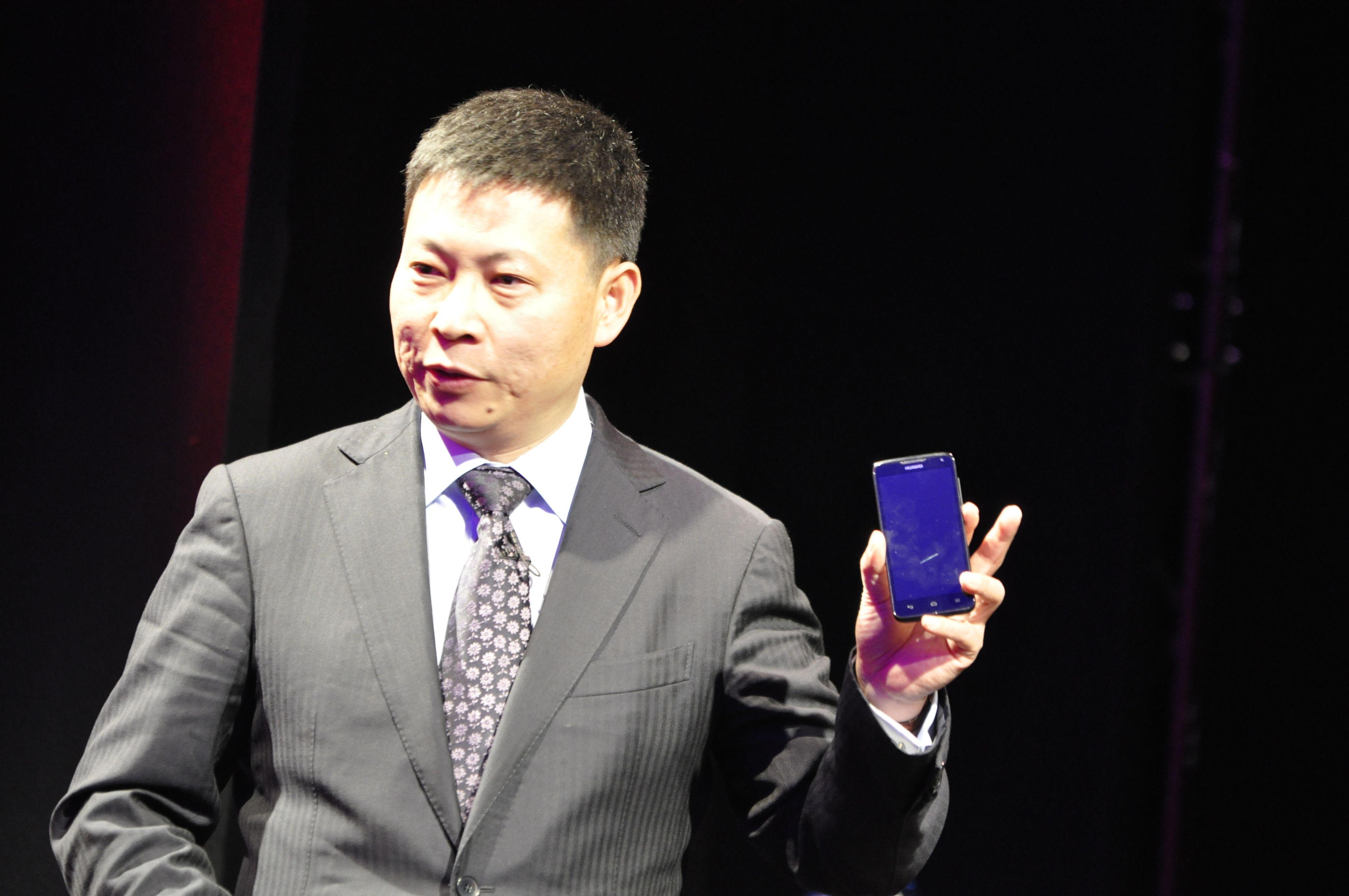 Sjefen for Huaweis mobilavdeling, Richard Yu, viser frem det nye beistet.