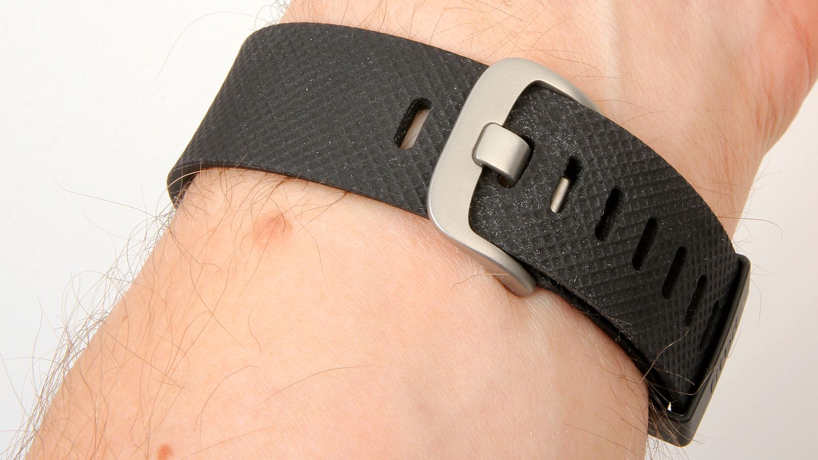 Remmen har en bedre låsemekanisme enn den vanlige Fitbit Charge-modellen. Foto: Kurt Lekanger, Tek.no