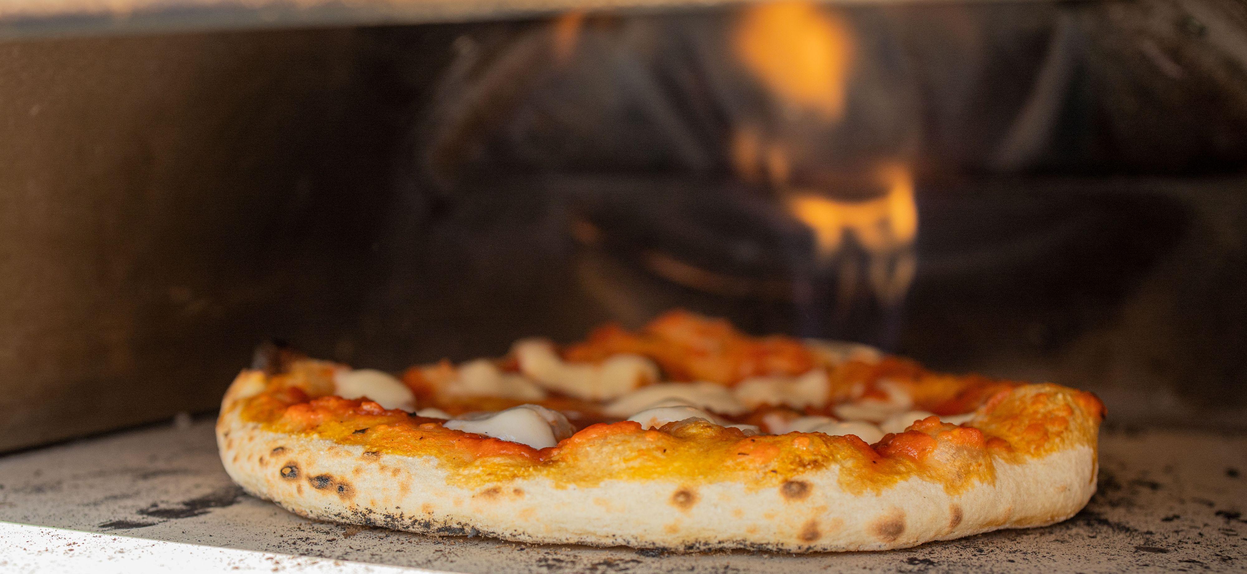 Overflaten på pizzasteinen måler nesten 500 grader celsius lengst bak, noe som er ypperlig for å lage en perfekt napolitansk pizza.
