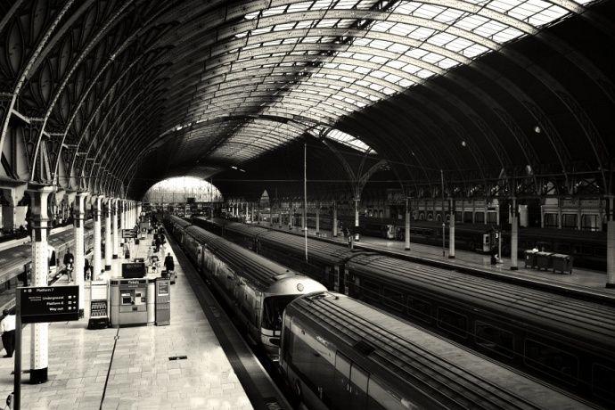 På denne togstasjonen blir bjørnen Paddington funnet.