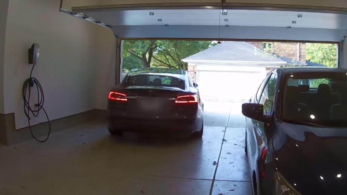 Nå kan Teslaer kjøre til eieren, men noen av dem krasjer