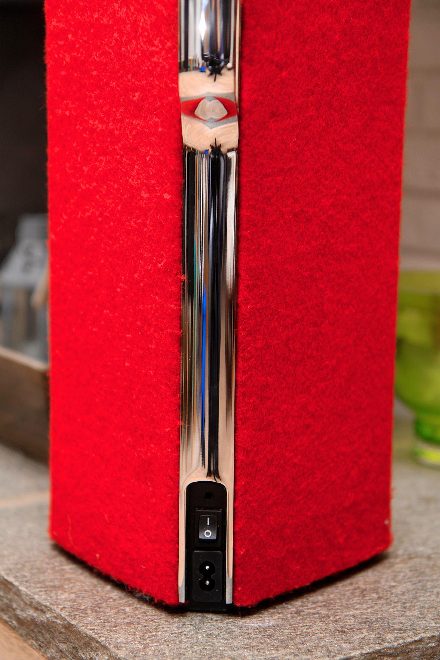 På baksiden finner du en av/på-bryter samt en 3,5 mm minijack-utgang som støtter både analog og digital (optisk) tilkobling av lydkilder.