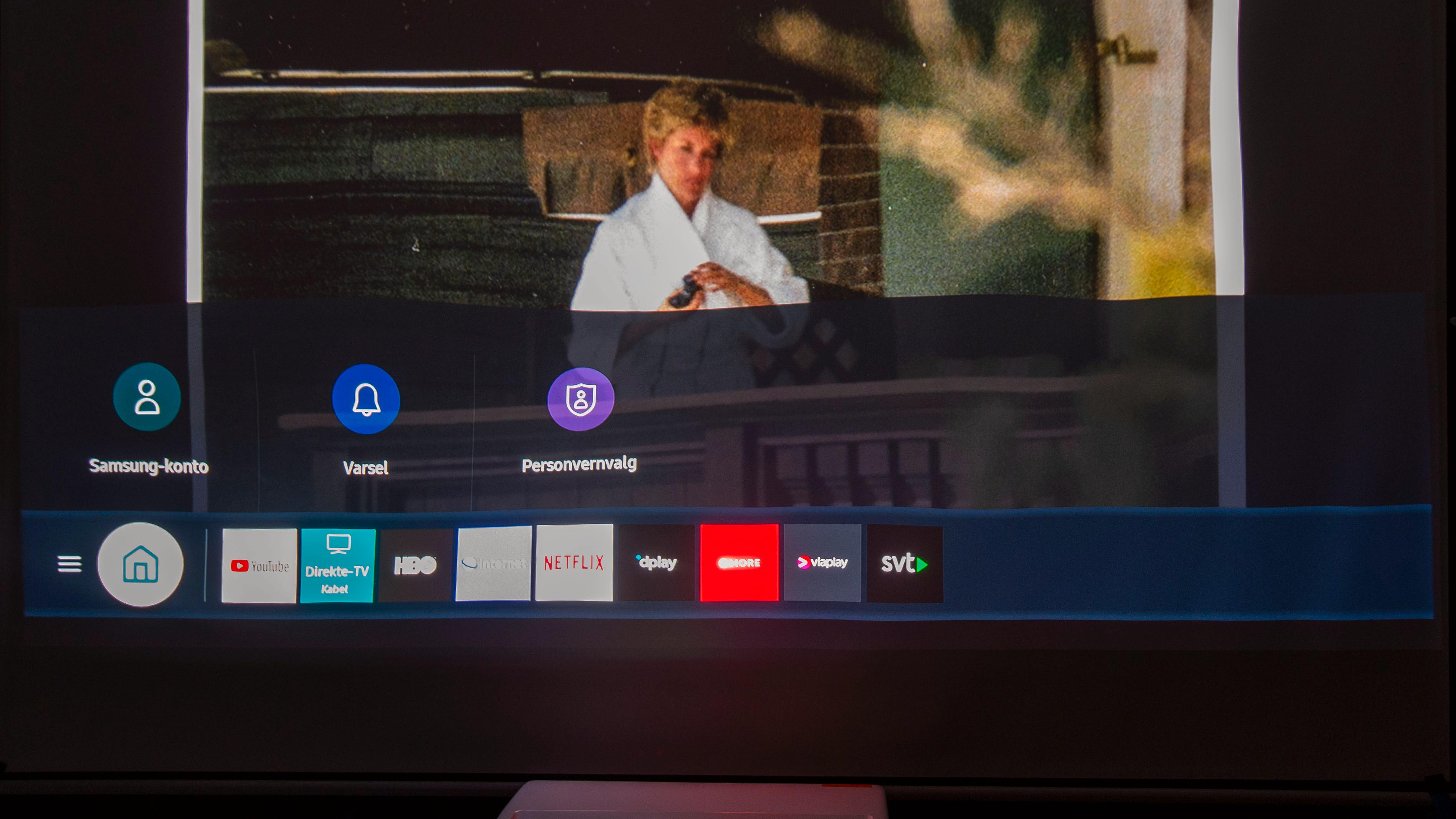 Projektoren bruker den samme menyen som må TV-ene til Samsung. Merk deg hvor skjevt bildet her. Her har vi ristet litt i lerretet for å vise hvor lite som skal til før bildet blir feil.