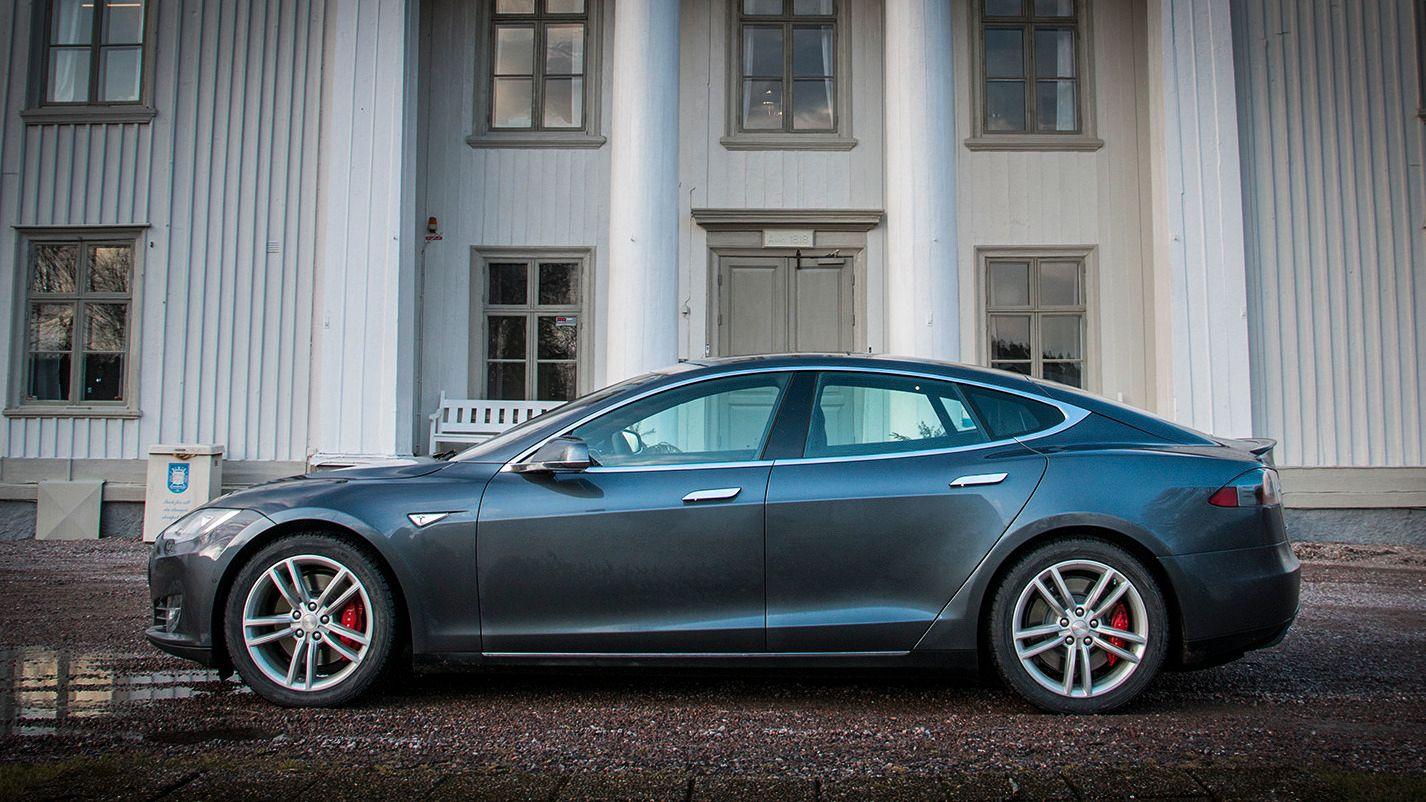 I løpet av sommeren skal det komme en stor oppdatering til de nyeste Teslaene. Her har Tesla måttet moderere påstandene litt, etter å først ha omtalt oppdateringen som en autopilot. Foto: Jørgen Elton Nilsen, Tek.no