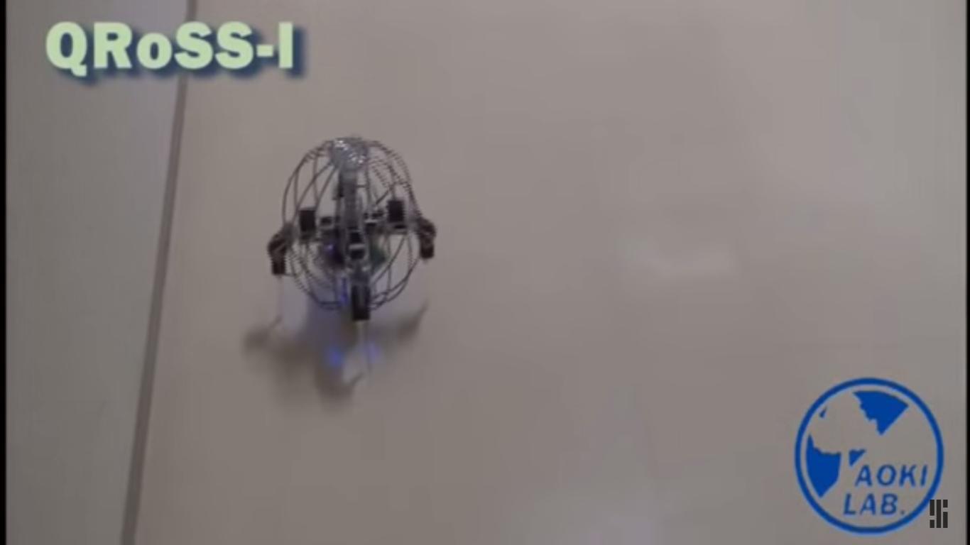 Etter at roboten har rullet ferdig, resier den seg opp på egen hånd. Foto: IEEE Spectrum/YouTube
