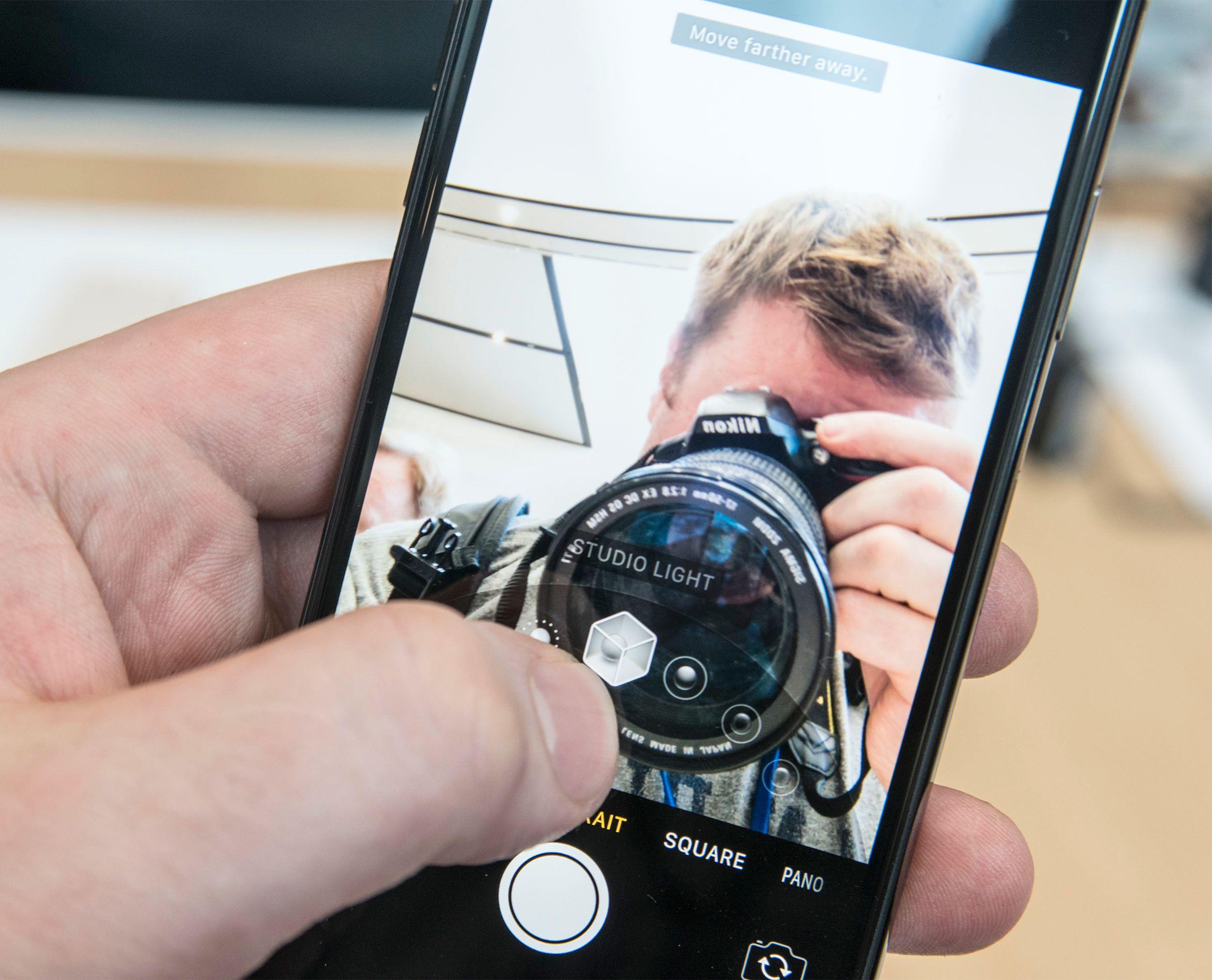 Ansiktscanneren på framsiden av telefonen gjør at mobilen kan skille ansiktet fra resten av bakgrunnen på en bedre måte. Essensielt for Face ID og nyttig for selfies. Bilde: Finn Jarle Kvalheim, Tek.no
