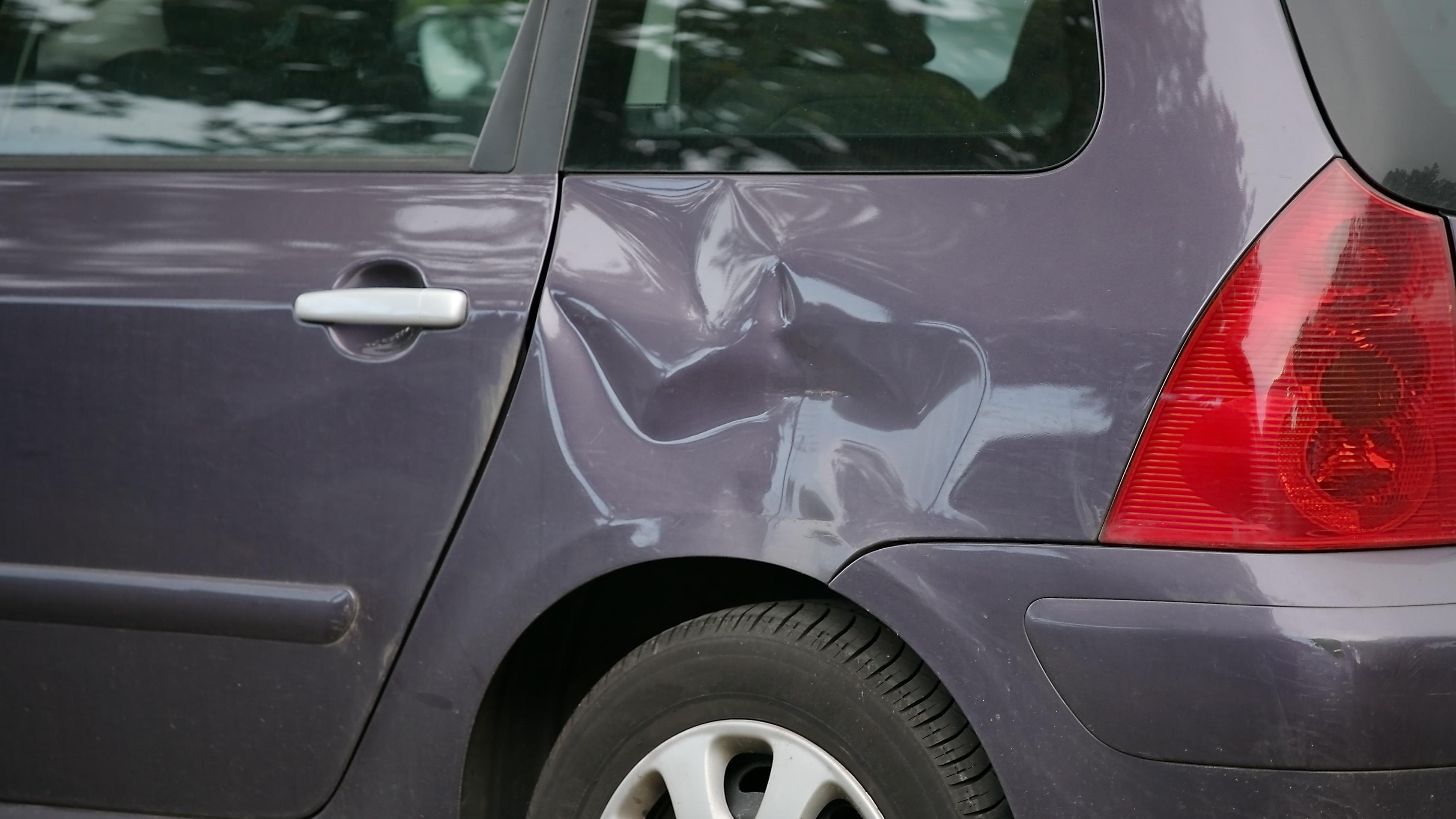 Snart kan bilkarosseriene «kjenne» bulkene og skrapene