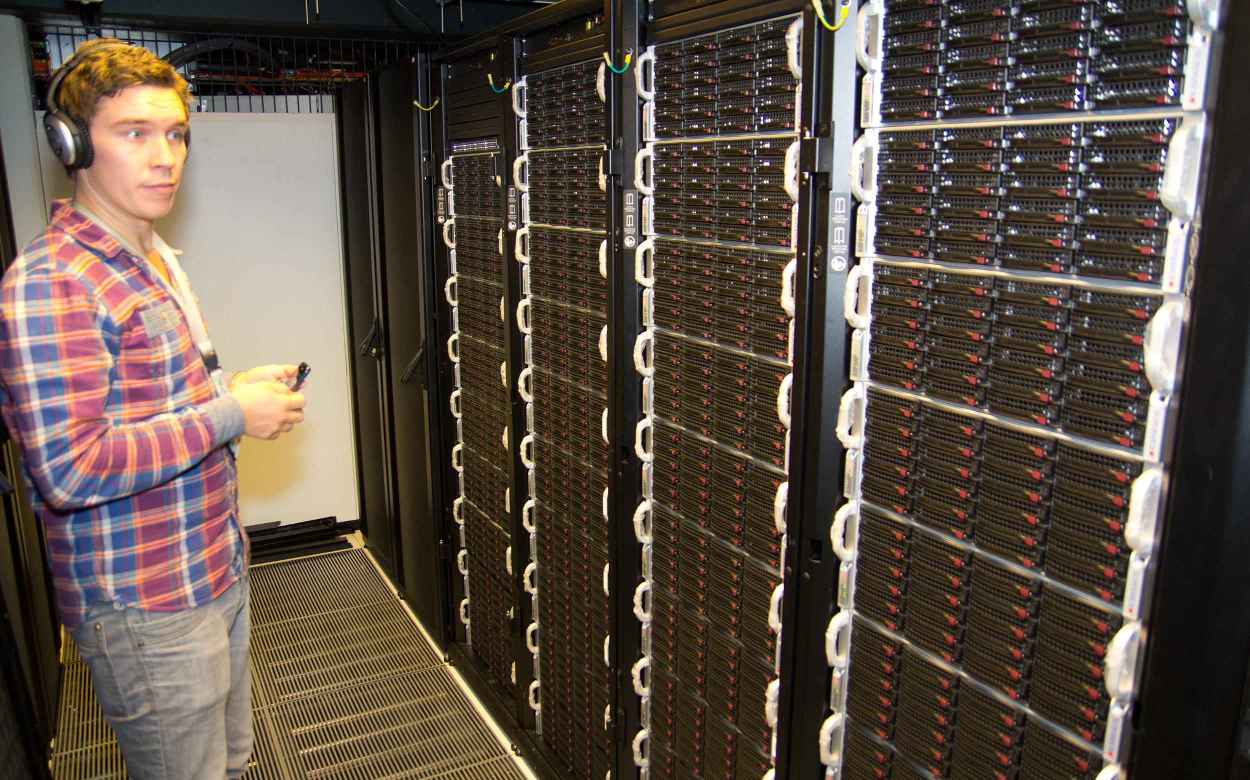 Det er rimelig mye støy blant serverne, så rutinerte brukere stiller med støydempende hodetelefoner.Foto: Rolf B. Wegner, Hardware.no