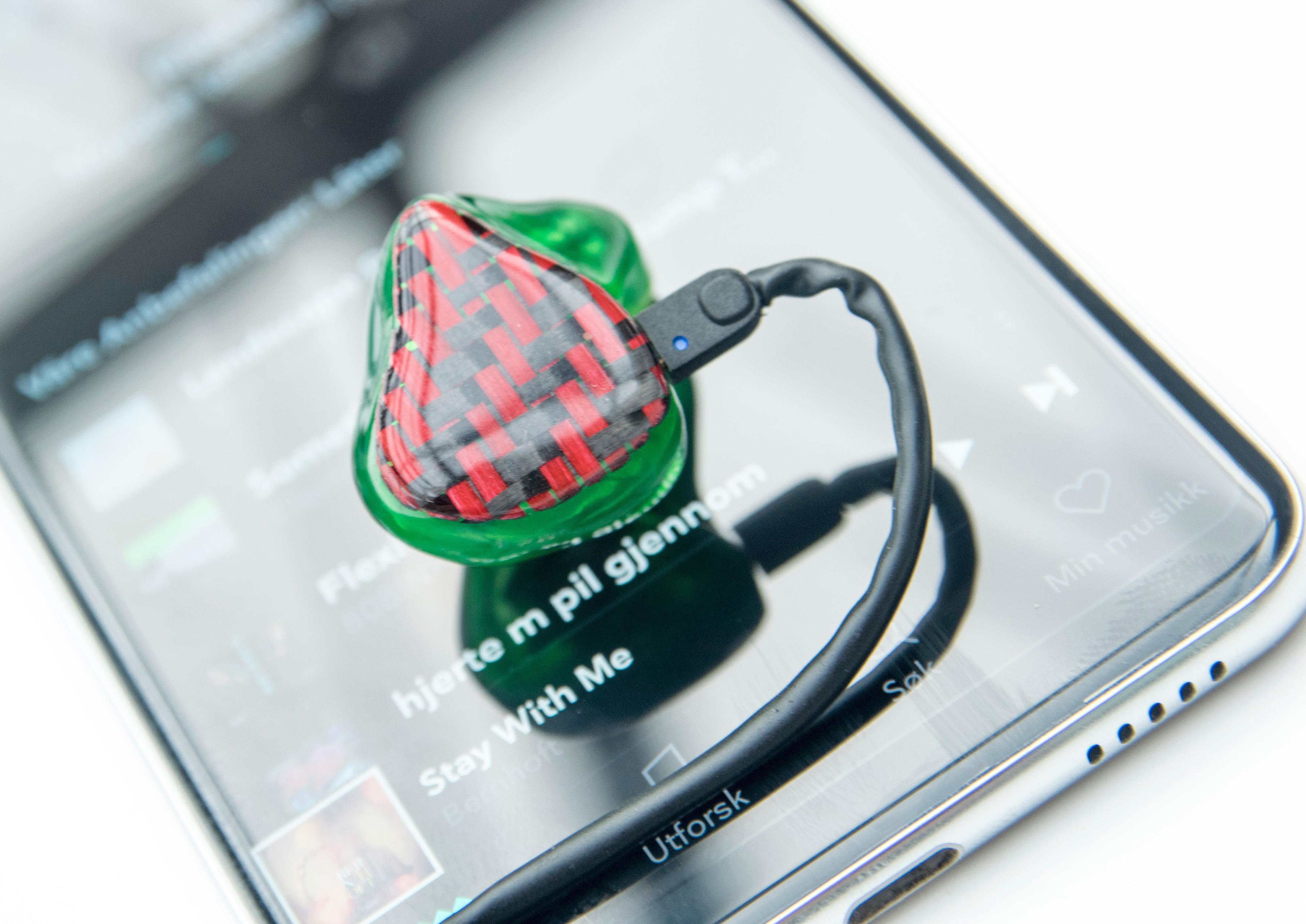 Det følger med fabelaktige ørepropper med V30, men telefonen er ikke redd for betydelig heftigere utstyr, så som Variphone Go2Rock - formstøpte ørepropper av det relativt dyre slaget.