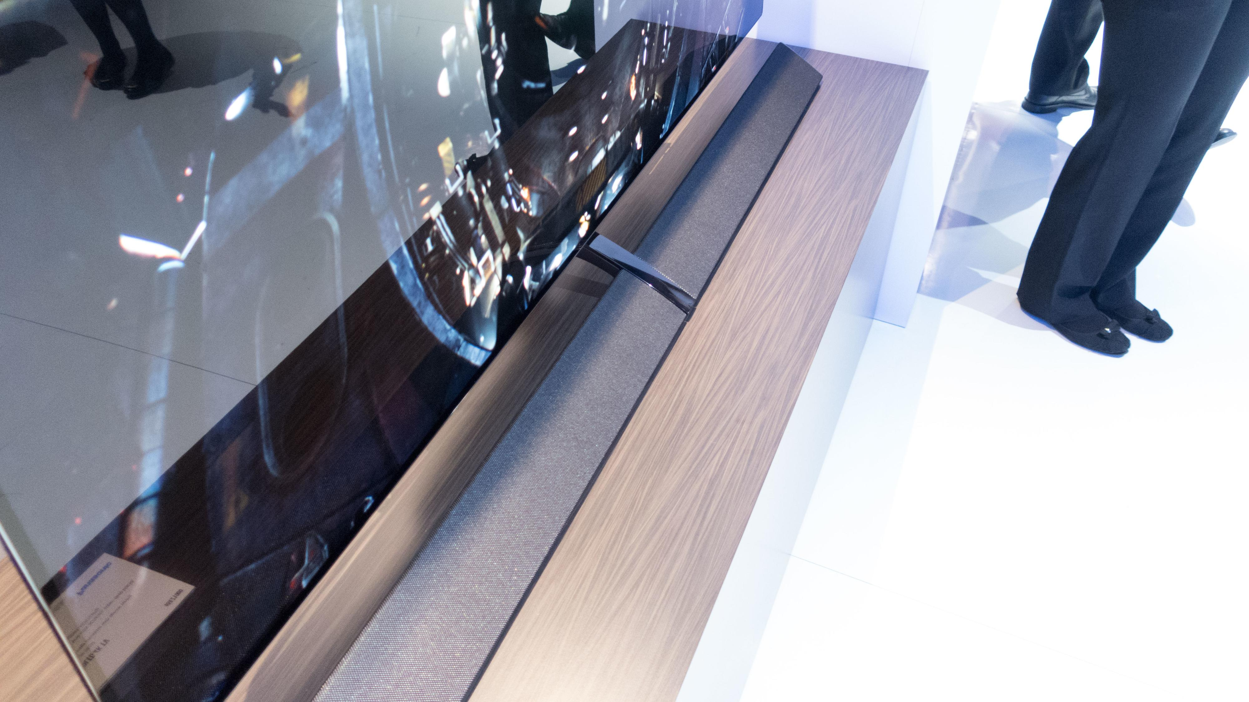 Foten til denne TV-en er også en lydplanke.