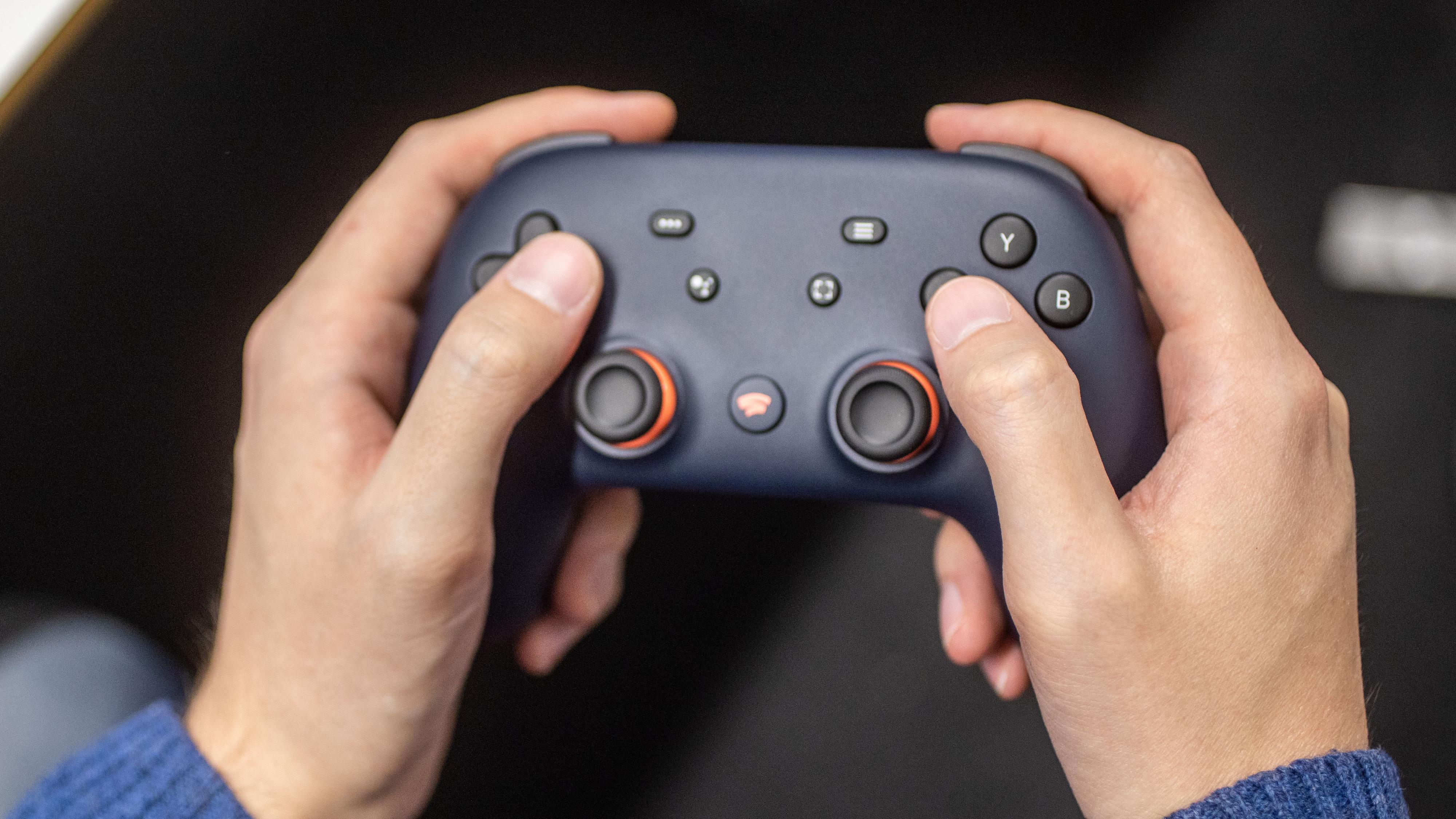 Kontrolleren minner en del om PlayStation 4-kontrollerne. Den ligger godt i hendene og har en litt ru bakside som gjør den ekstra behagelig å holde i.