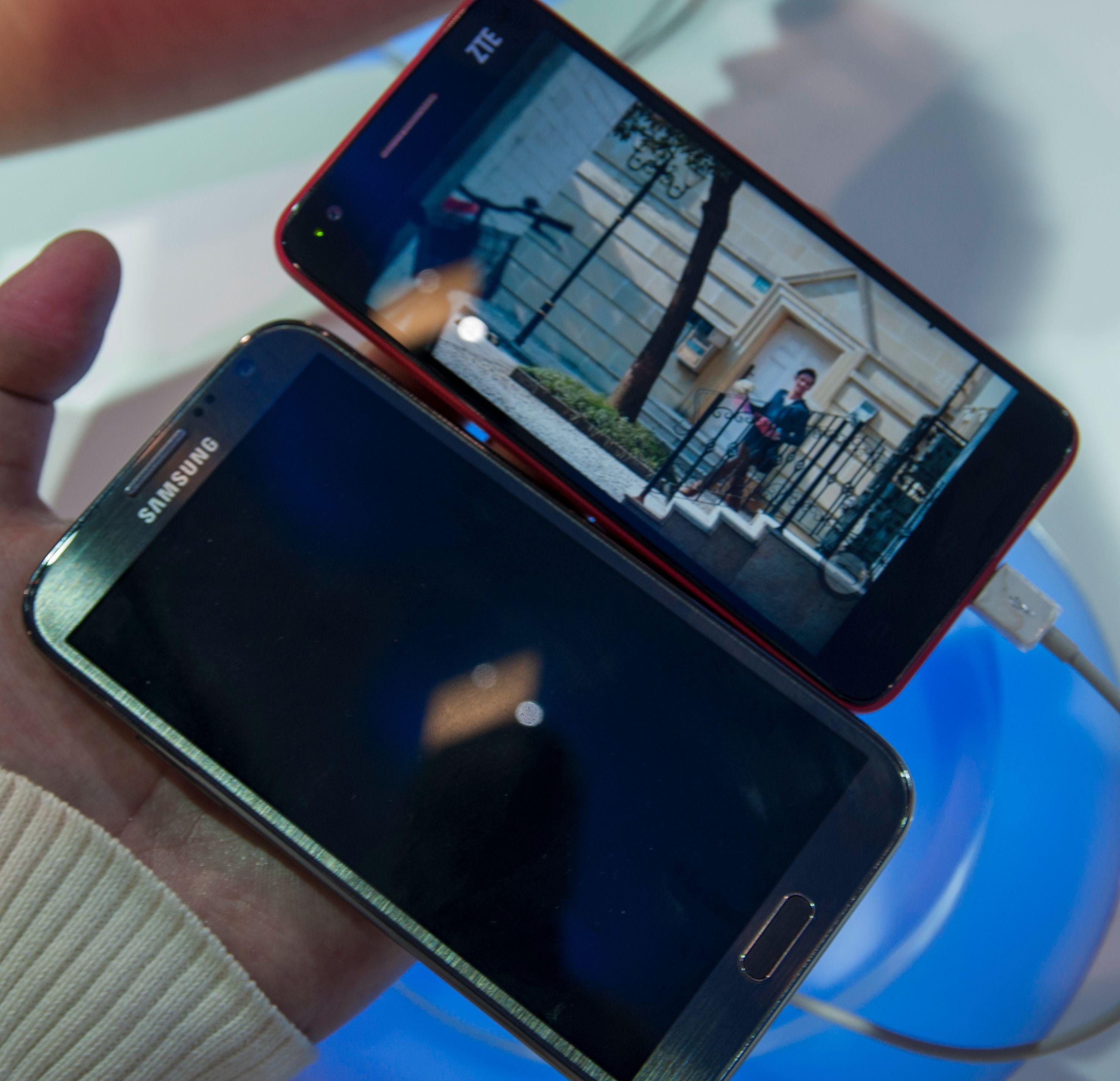 Ved siden av kjempen Galaxy Note II er Grand S relativt kompakt. Det er likevel en voksen mobiltelefon som du nok bør ha store hender for å trives med.Foto: Finn Jarle Kvalheim, Amobil.no