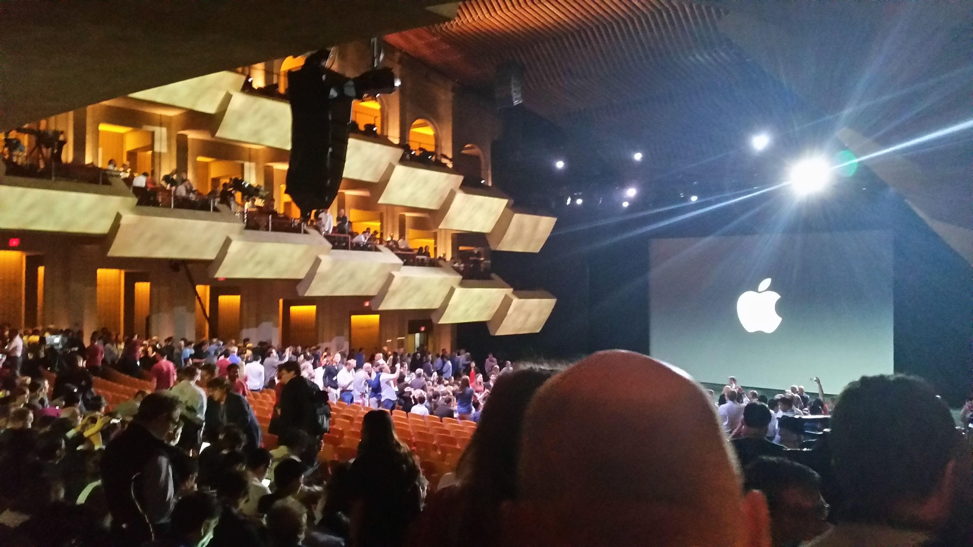 Nå sitter vi i salen, klare for at Tim Cook skal sette igang.Foto: Apple