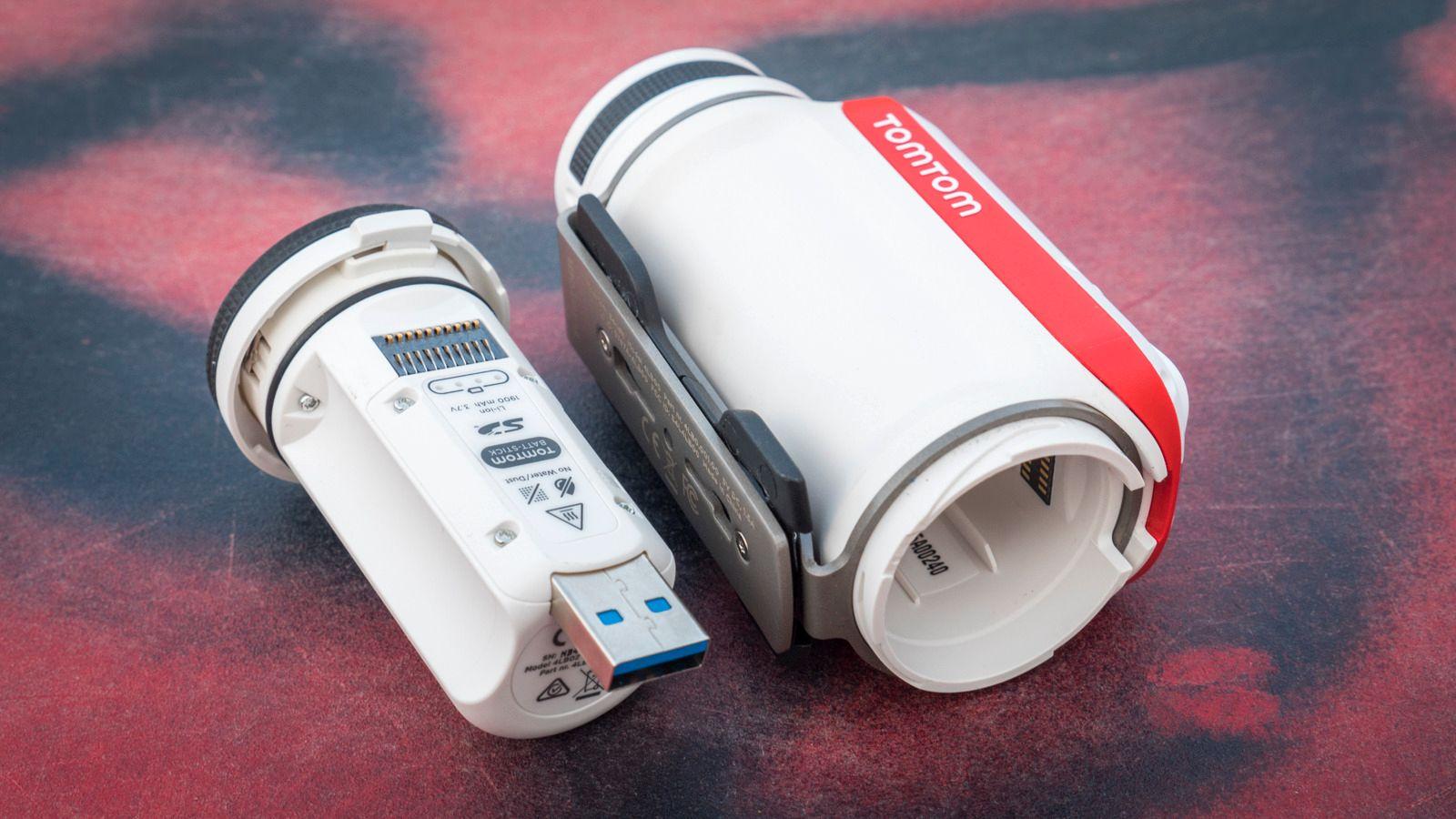 Du kan skru ut hele bakstykket, og lade batteriet ved å koble det i en USB-port.