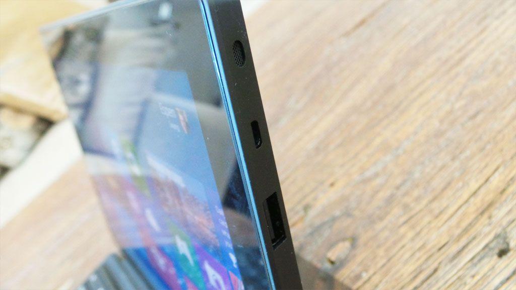 USB og Micro HDMI sitter på høyre side. Foto: Espen Irwing Swang, Amobil.no
