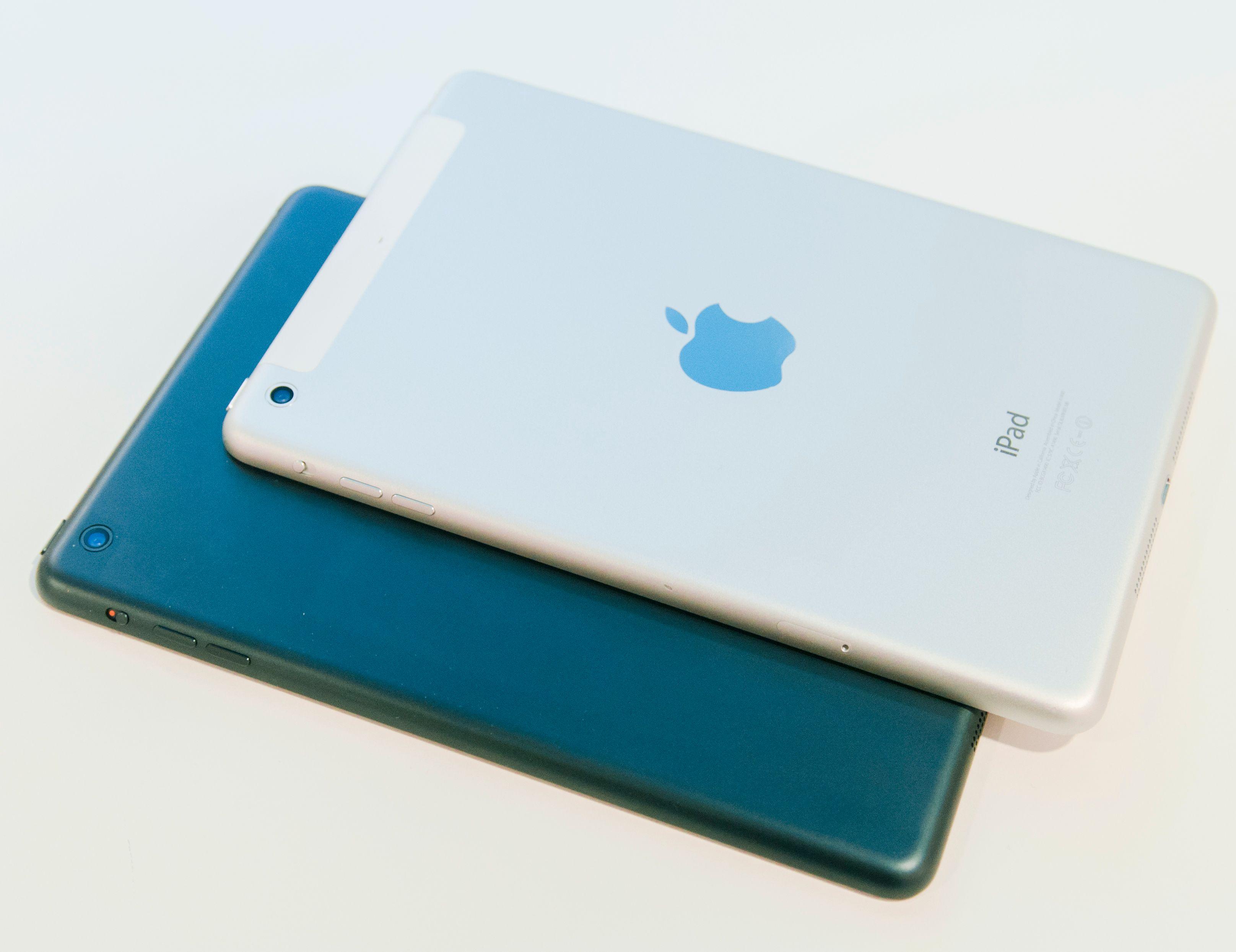 Ny og gammel iPad mini. Den nye er øverst. Forskjellen du ser skyldes at det siste testproduktet også har 4G-støtte. Ellers er de like.Foto: Finn Jarle Kvalheim, Amobil.no