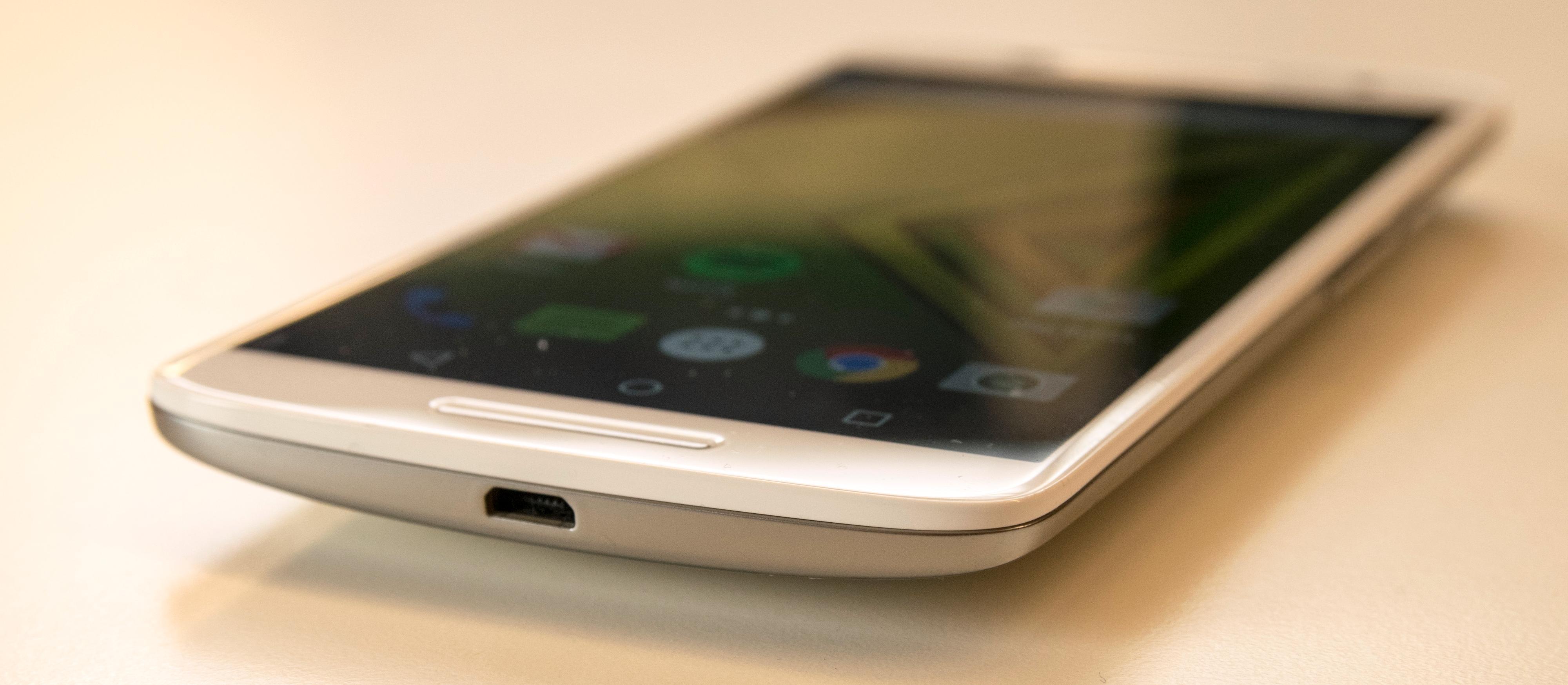 En vanlig Micro USB-kontakt brukes til lading og overføring av filer. Vær obs på at Moto X Play kan bruke ekstremt lang tid på å lade opp det store batteriet om du ikke har rett lader for hånden.