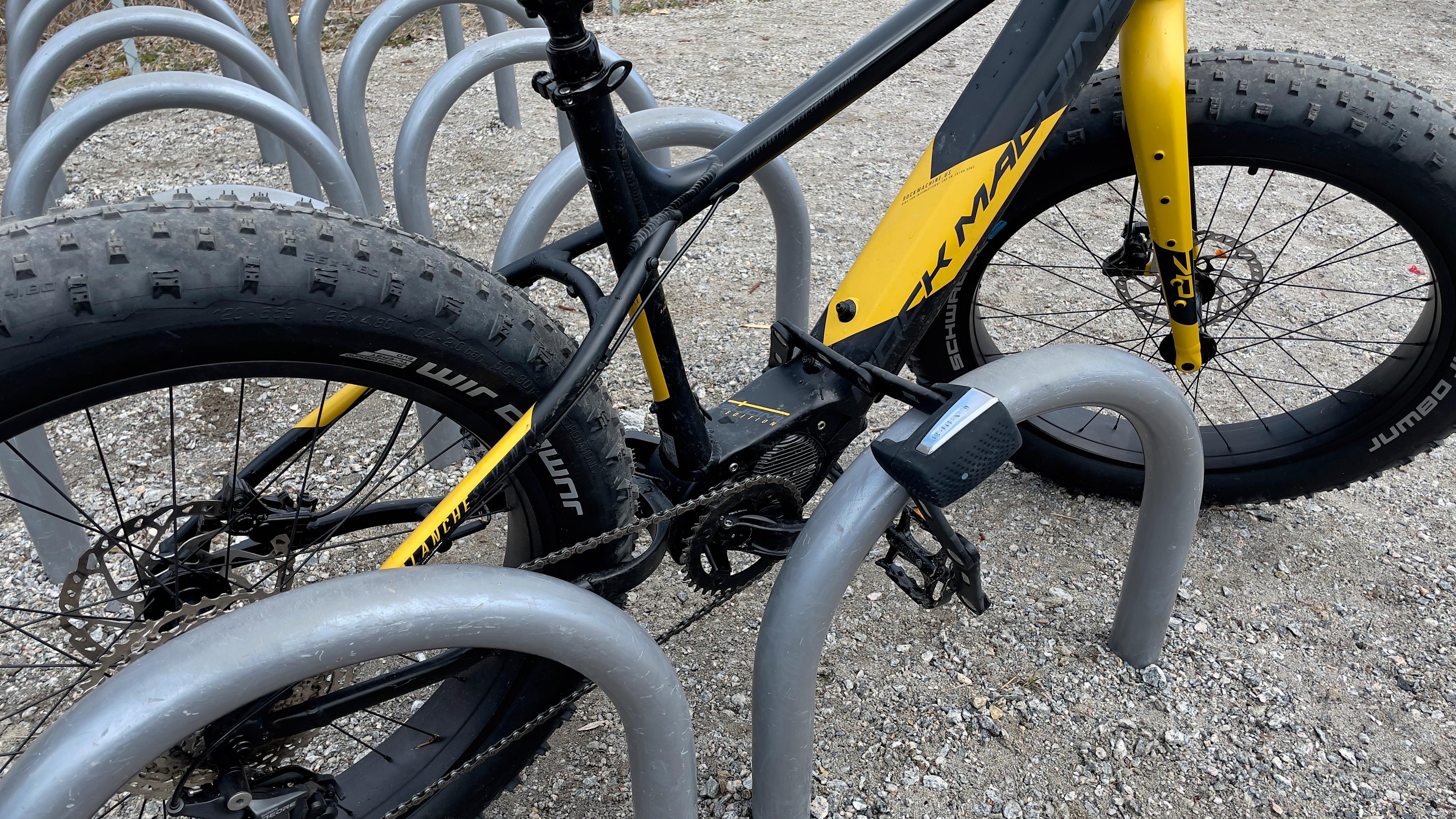 En lås gjennom rammen er en bedre måte å låse sykkelen på enn de andre alternativene over.