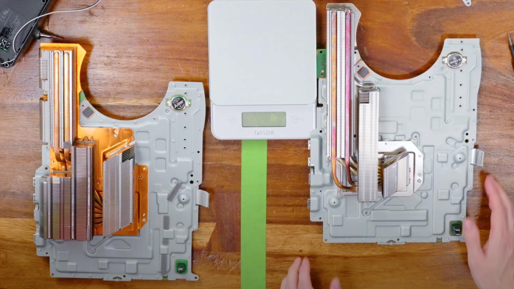 Den opprinnelige Playstation 5-versjonen til venstre, den nye til høyre. Kjøleribbene ser ut til å være krympet betraktelig.