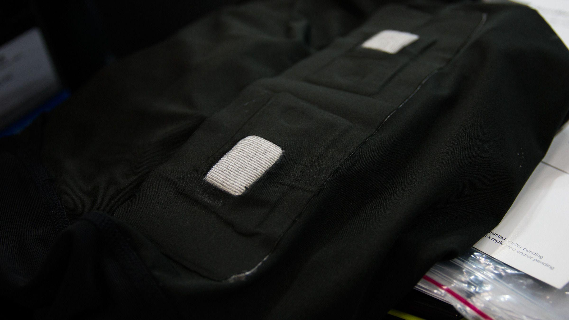 På innsiden av skjorten kommer ståltråd-stoffet til syne.Foto: Varg Aamo, Hardware.no