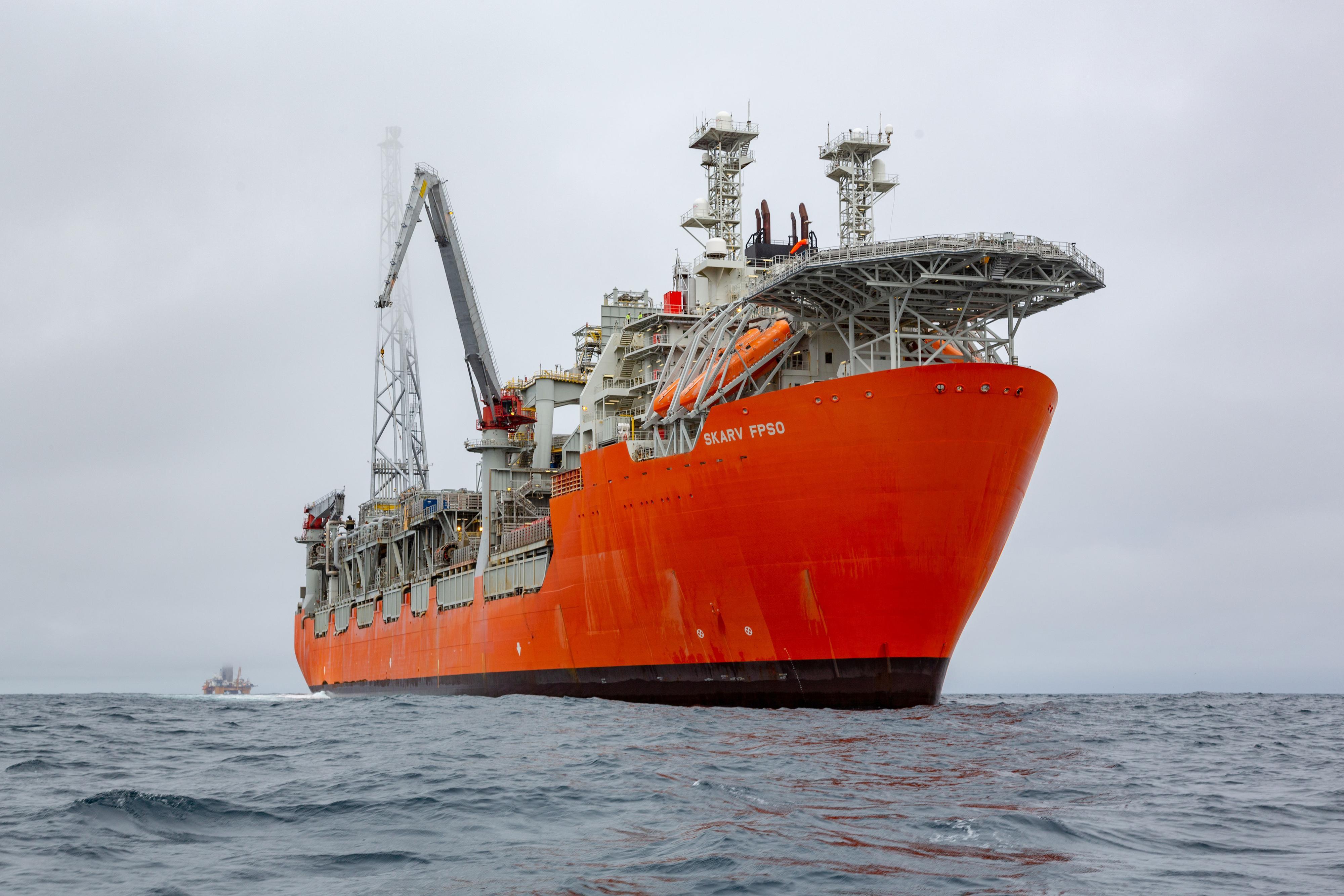 Produksjonsskipet Skarv er en «Floating Production, Storage and Offloading» (FPSO)-enhet som er ankret til havbunnen.