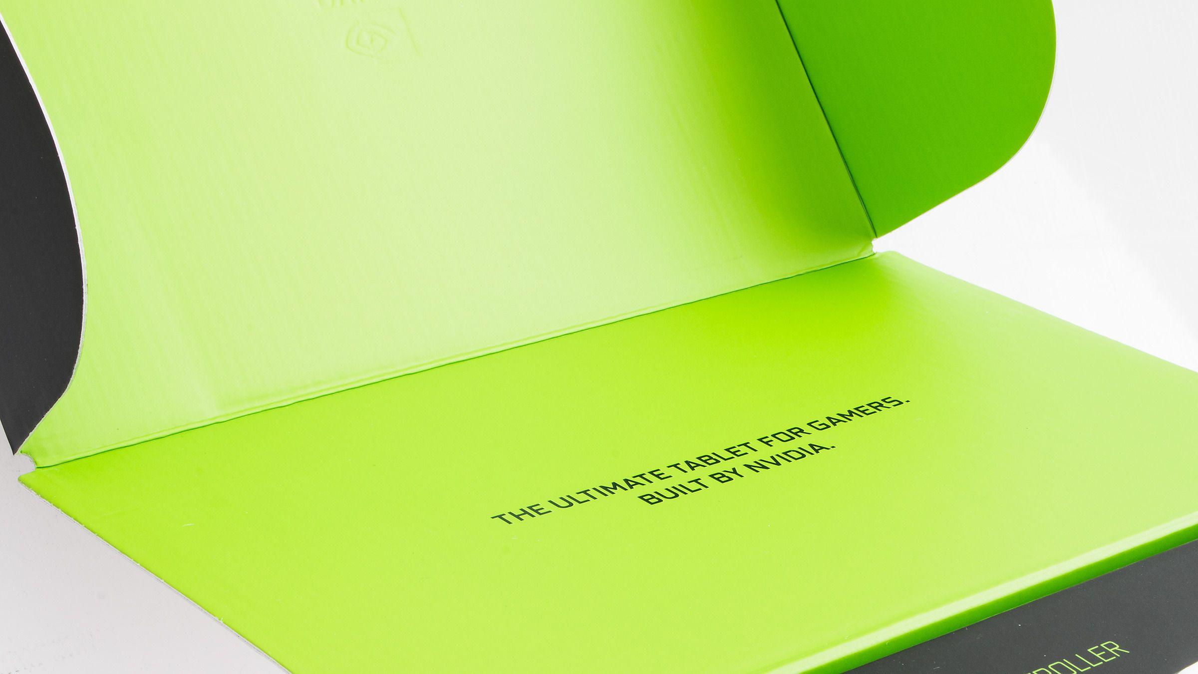 Vi åpner lokket, og ser straks at Nvidia ikke er beskjedne.Foto: Varg Aamo, Hardware.no