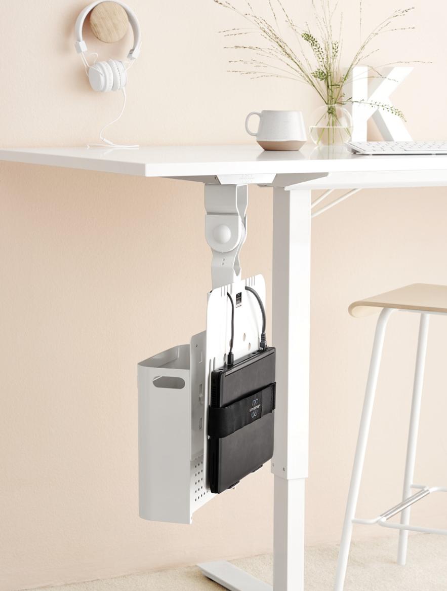 Unngå kaos med ledninger og kabler ved å henge alt opp under skrivebordet ved hjelp av et oppheng eller en kabelskinne.