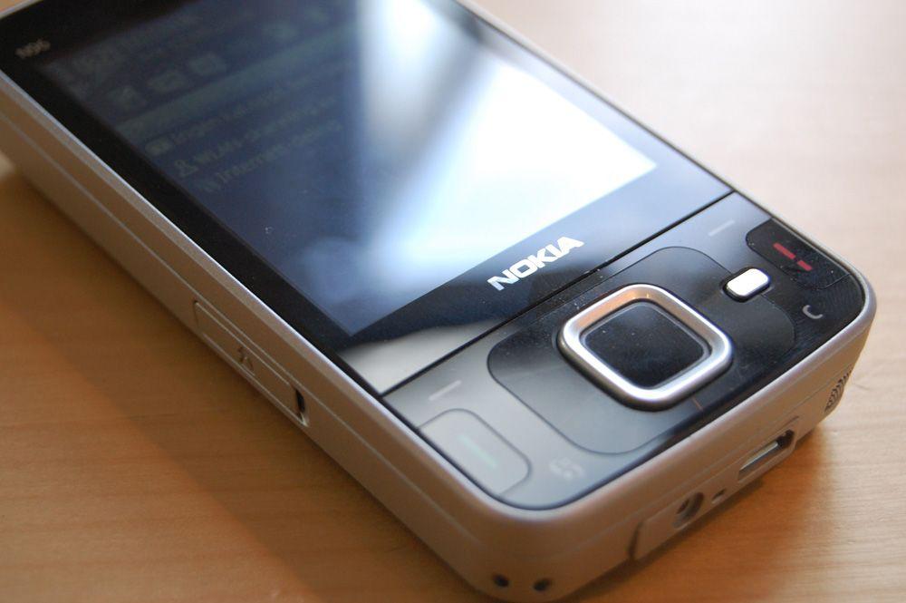 Telefonen er speilblank, men trekker til seg fingermerker.
