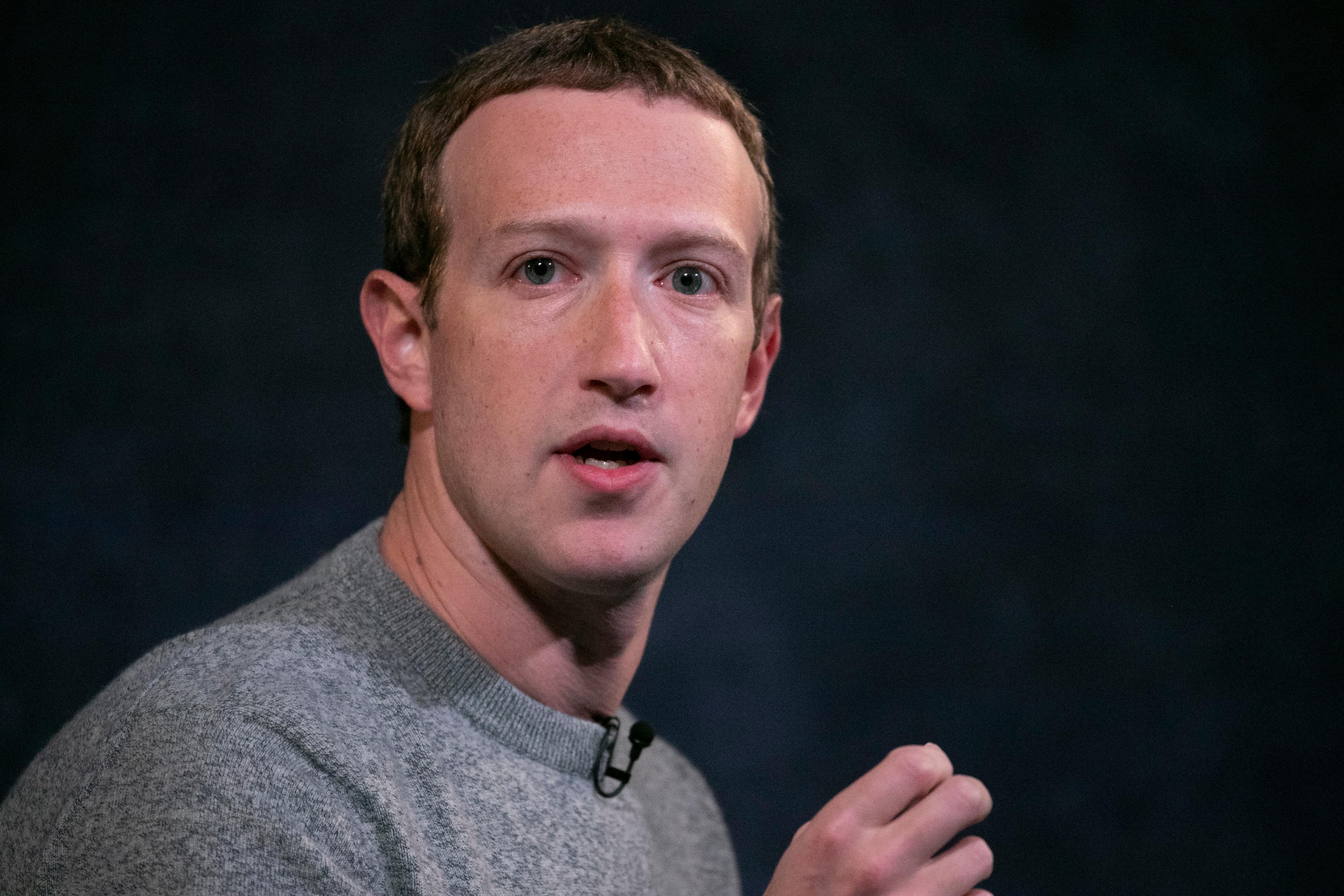 I HARDT VÆR: Facebook har mottatt mye kritikk etter at selskapet var nede i seks timer mandag.