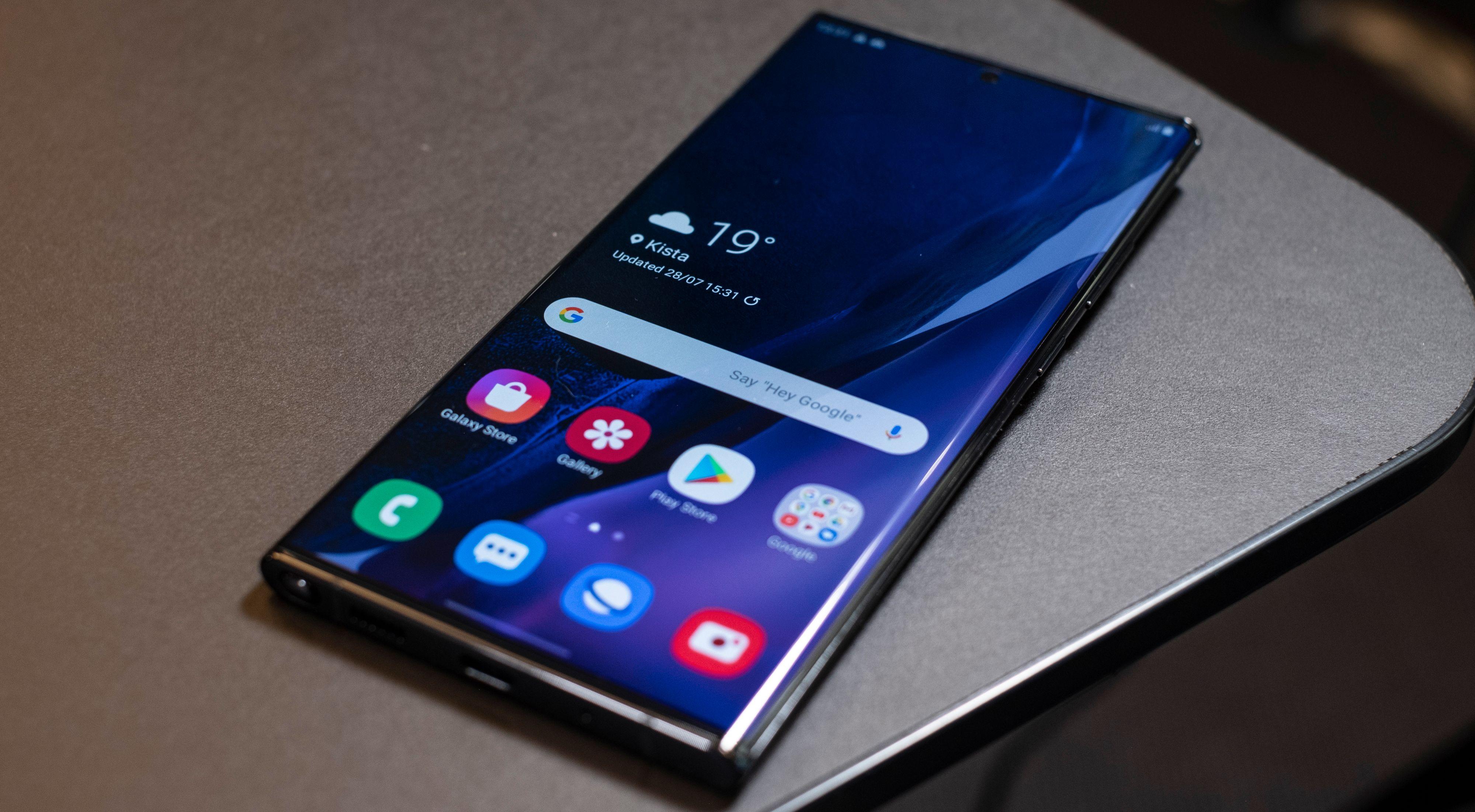 Galaxy Note 20 og Galaxy Note 20 Ultra (bildet) ble akkurat som ryktebørsen forventet. En Ultra-modell med avrundede skjermkanter og Cornings nye Victus-glass som skal tåle ekstra mye, og en «vanlig» Note 20-modell som strippes ned til pennen og handler mer om funksjonene.