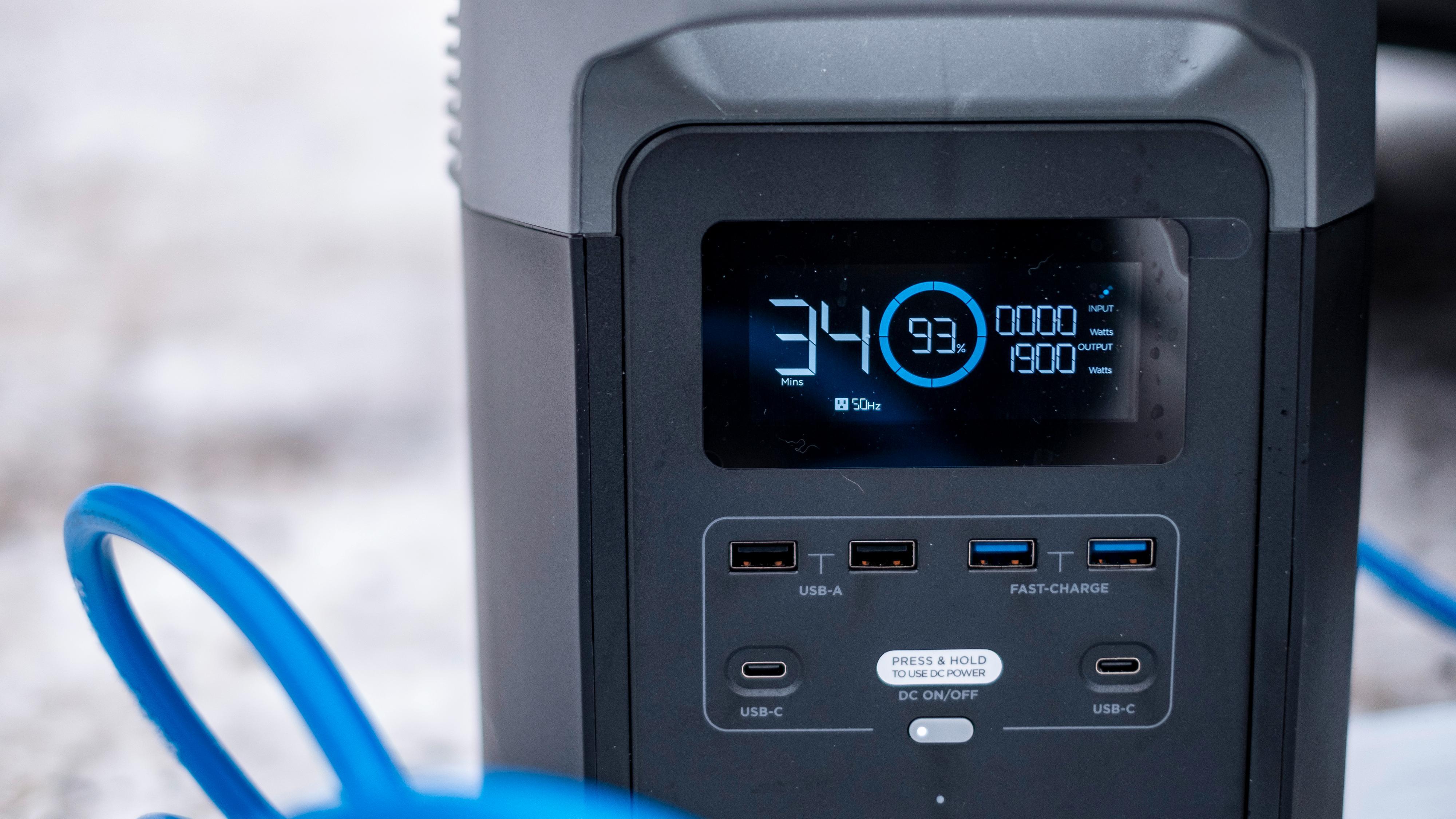 Her er Delta 1300 under lading av elbil. En dryg halvtime kan den holde på. Legg merke til de mange USB-kontaktene. To av dem er vanlige A-kontakter, to er A-kontakter med Quick Charge og to er C-kontakter med USB Power Delivery - de kan levere opp til 60 watt og drive eksempelvis en PC.