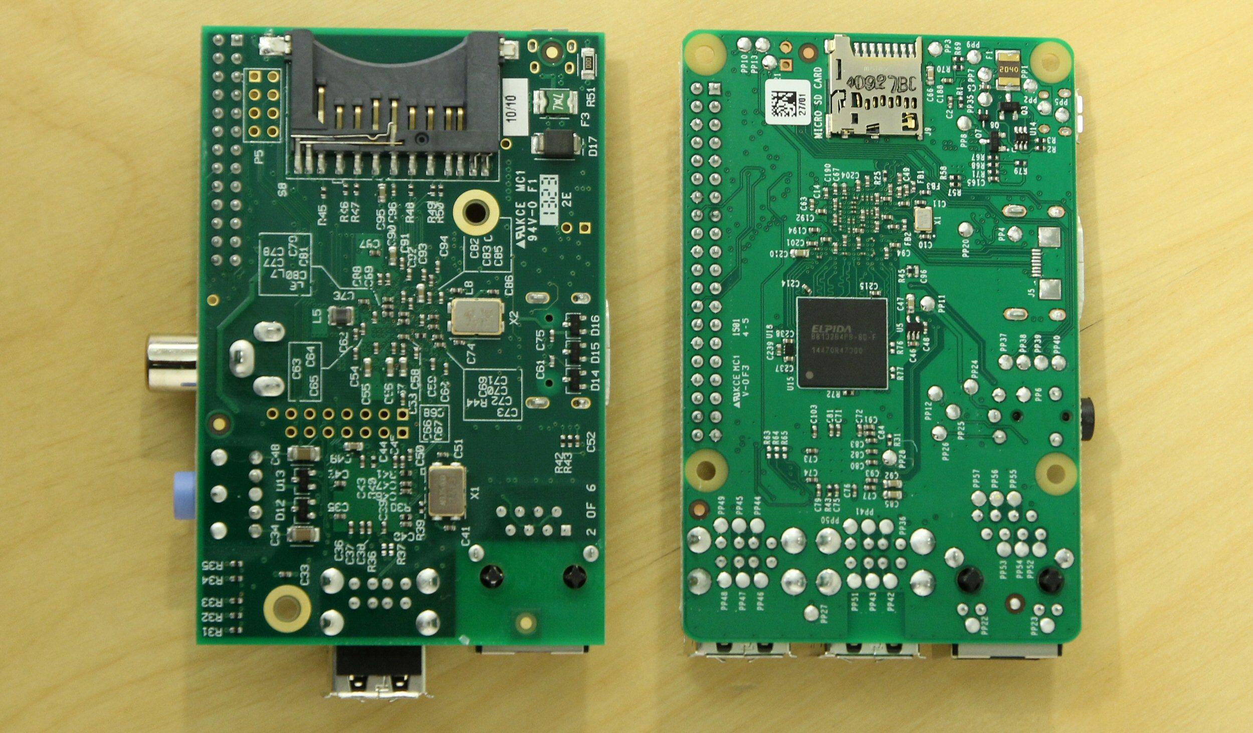 Til venstre den første Raspberry Pi, som har stor SD-minnekortplass, flere utstikkende kontakter og dårligere plasserte festehull. Foto: Vegar Jansen, Tek.no