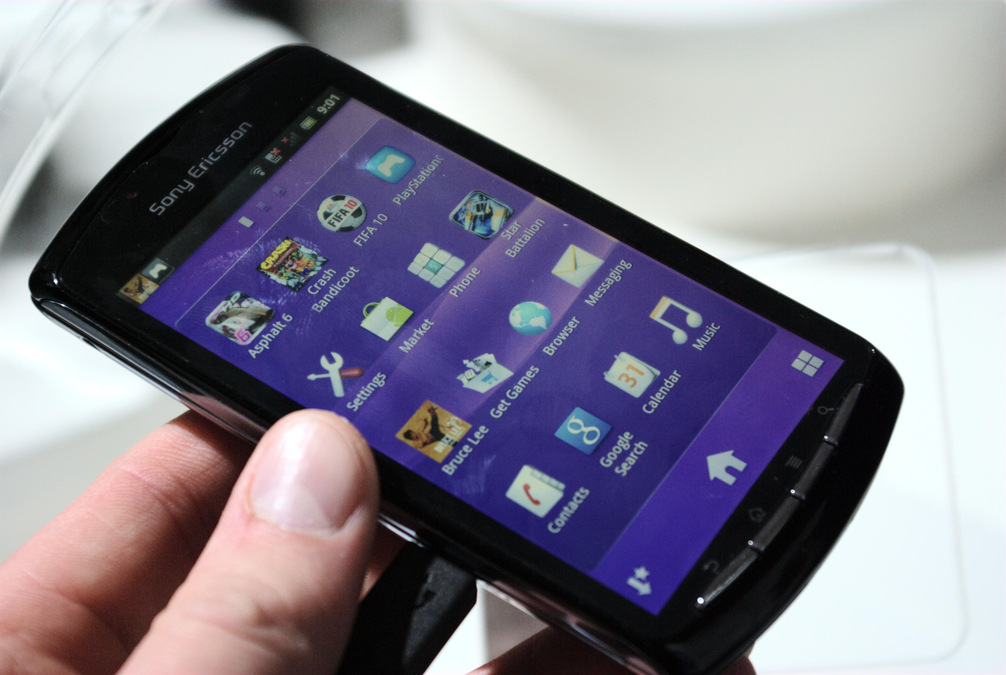 Skyver du spillkonsollen sammen ser det ikke ut som noe annet enn en mobiltelefon.