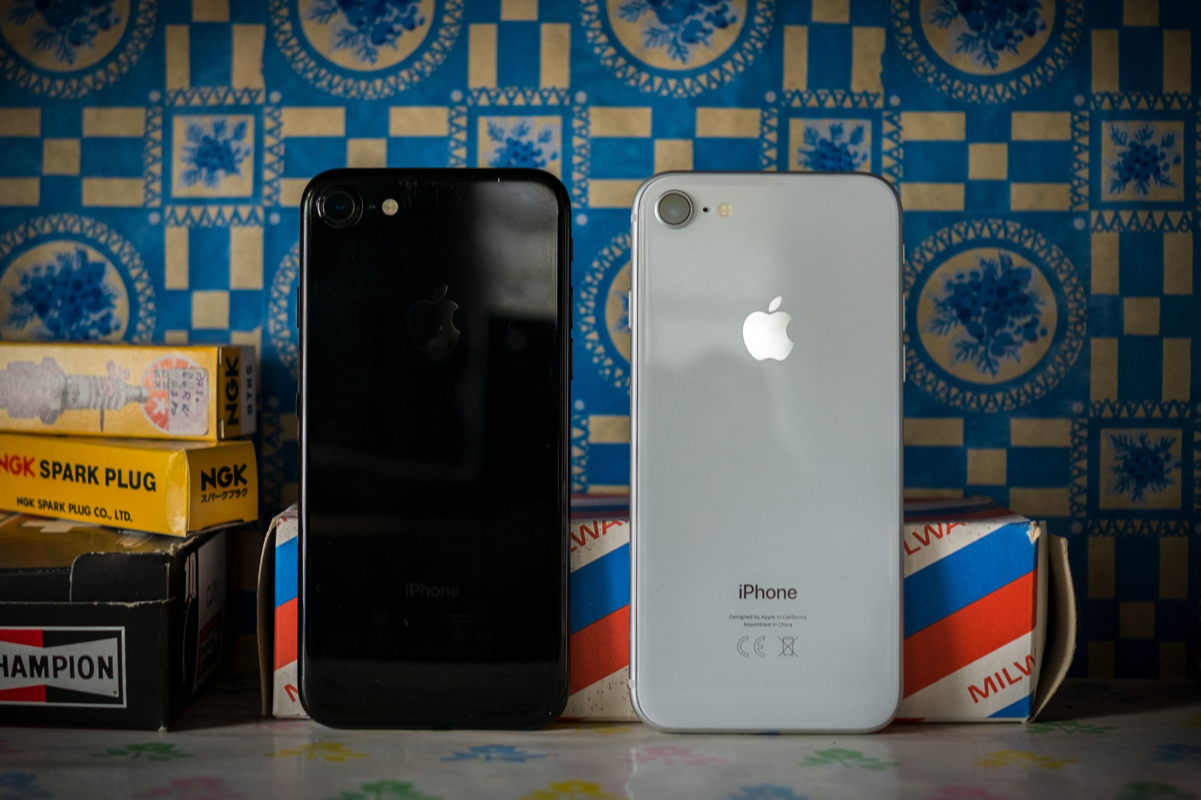 Baksiden i glass er blankere enn de i aluminium, men sammenlignet med den gagatsvarte flekkmagneten iPhone 7 så er det ikke så stor forskjell.