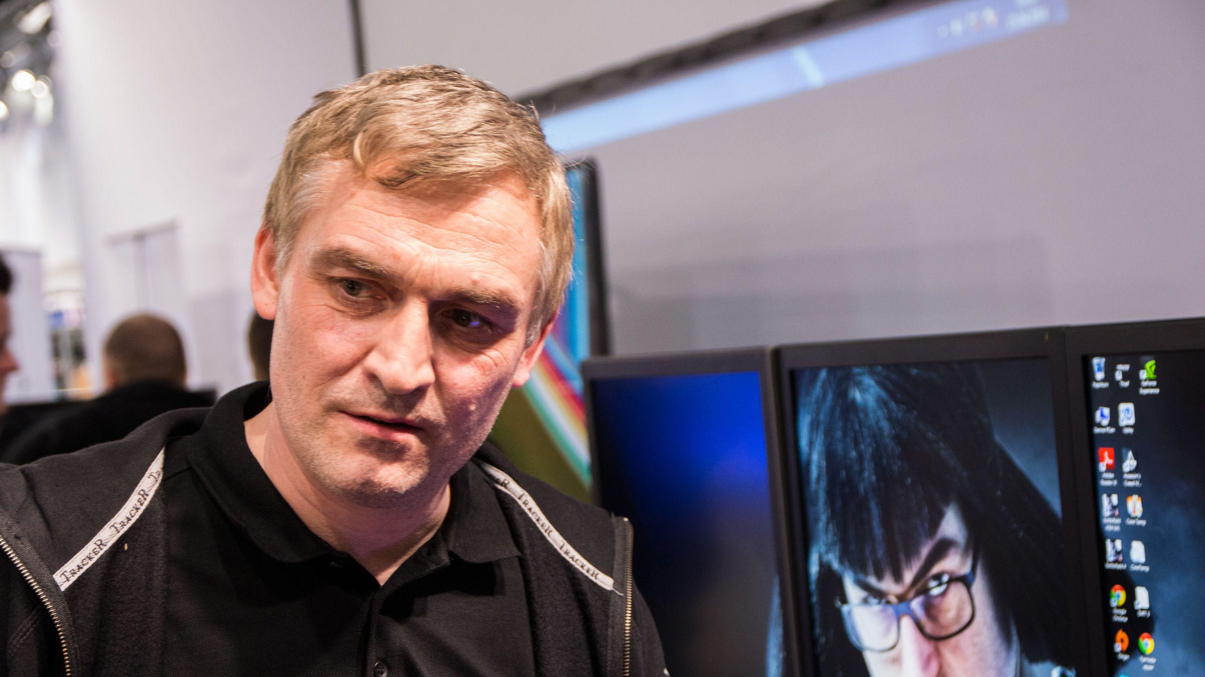 Hans-Egil Sandmo i Komplett er ikke vond å få til å fortelle om supermaskinen de har bygget.Foto: Ole Henrik Johansen, Hardware.no
