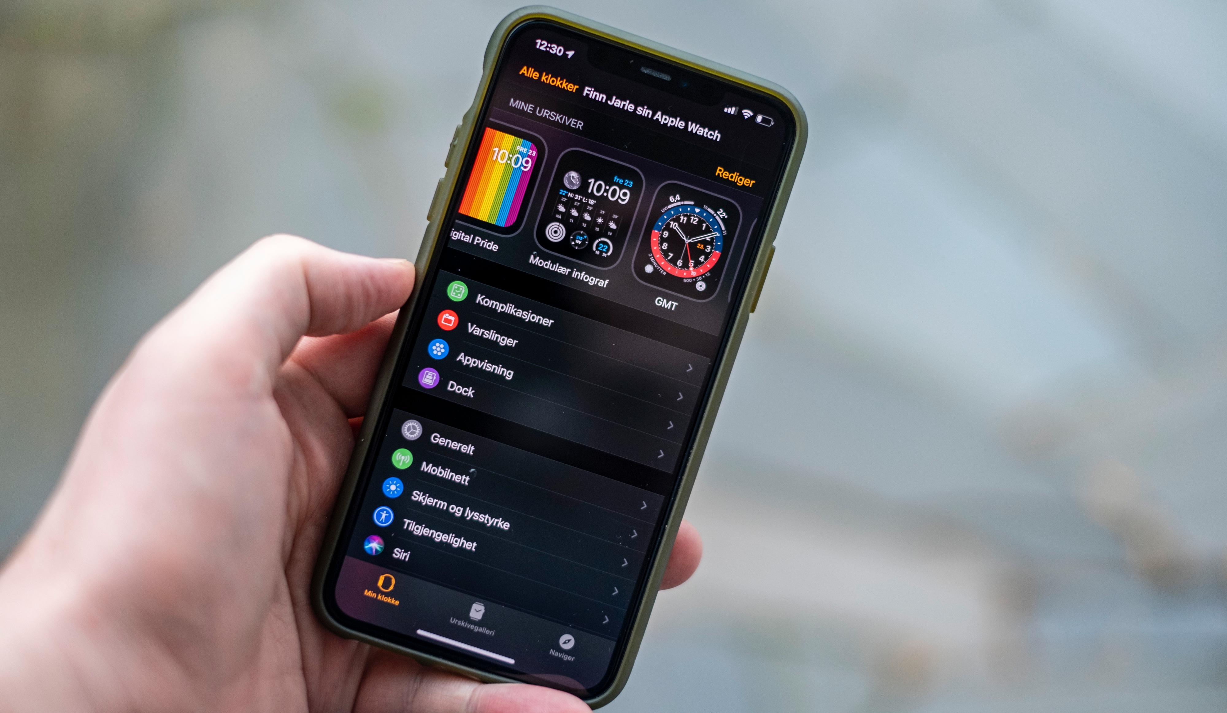 Mobilappen til Apple Watch er blant de større irritasjomomentene ved å bruke epleklokka. Her ligger innstillinger hulter til bulter, og mange av egenskapene Apple markedsfører hele produktet på må skrus på i sine egne halvt gjemte menyer. I tillegg er oppdatering et prosjekt som ofte feiler. Her har flere av konkurrentene langt bedre løsninger.