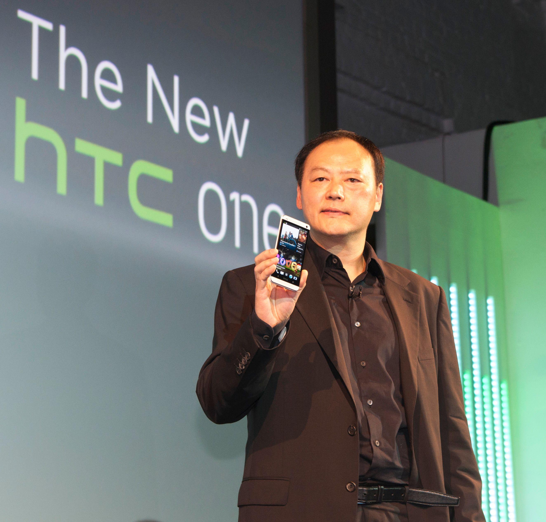 HTC-sjef Peter Chou viser frem One under lanseringen ved Kings Cross i London.Foto: Finn Jarle Kvalheim, Amobil.no