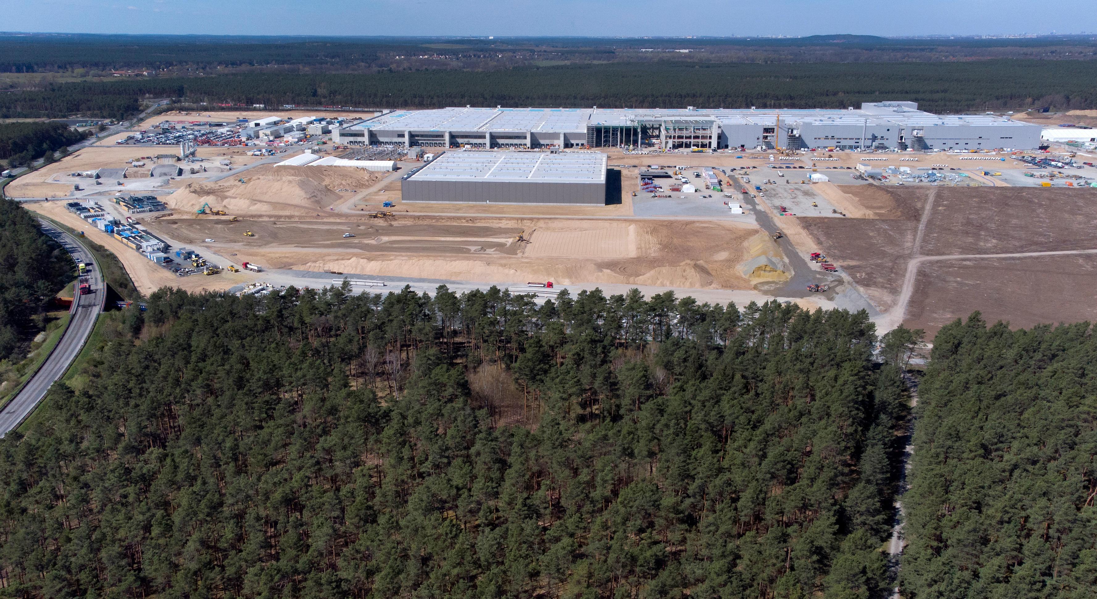 Teslas Gigafactory utenfor Berlin er under full bygging. I tillegg til selve hovedfabrikken jobbes det med en egen battericellefabrikk. Bildet er fra april.