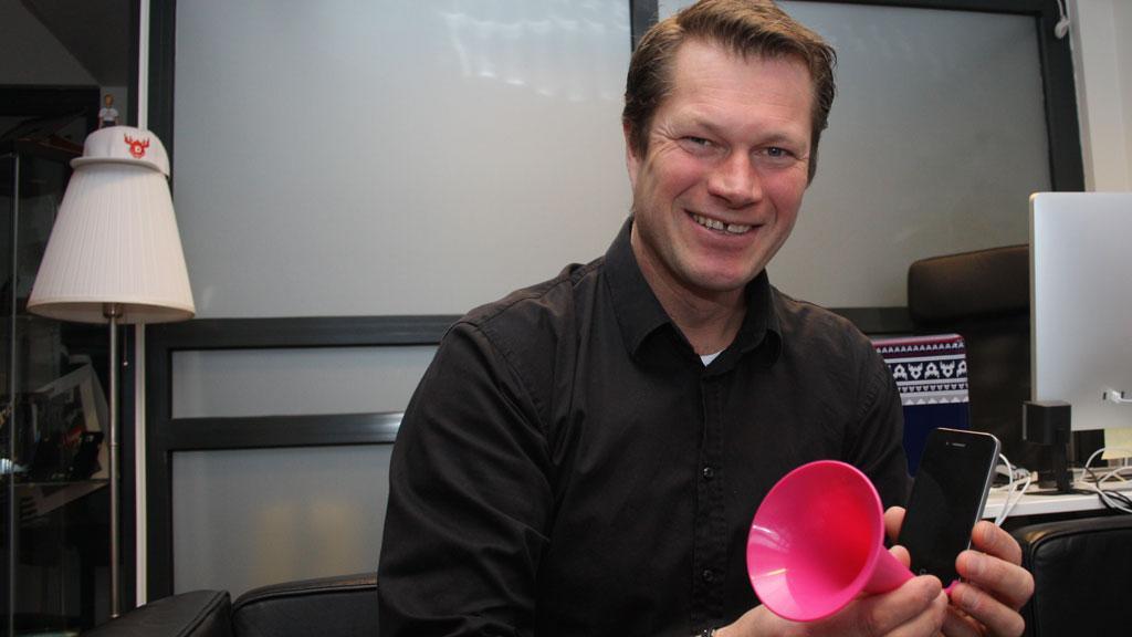 Harald demonstrerer selskapets iPhone-høyttaler, som egentlig bare er en trakt.