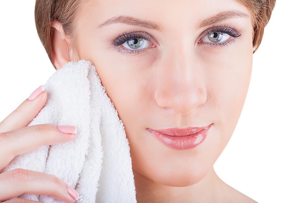 Torka ansiktet varsamt med en ren handduk.