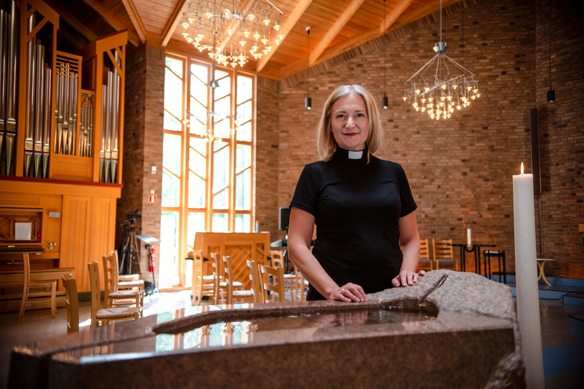 PREST OG TREBARNSMOR: Anne Berit Evang i Romsås kirke i Oslo, som har en av byens flotteste døpefonter med rennende vann.