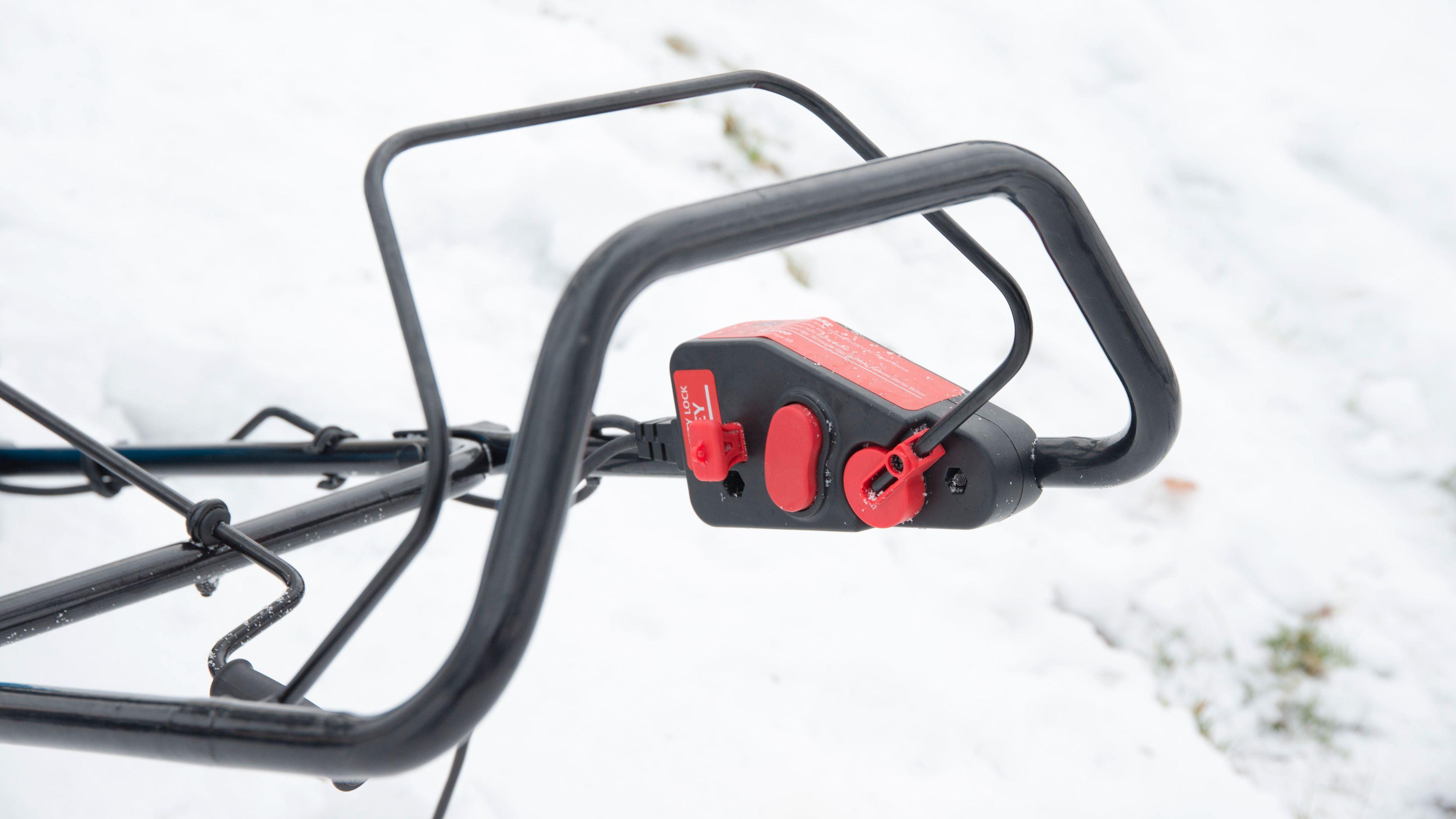 Begge modellene må aktiviseres ved å trykke på en knapp som holdes inne før man klemmer inn bøylen. Mye det samme som du gjør når du kjører en gressklipper.