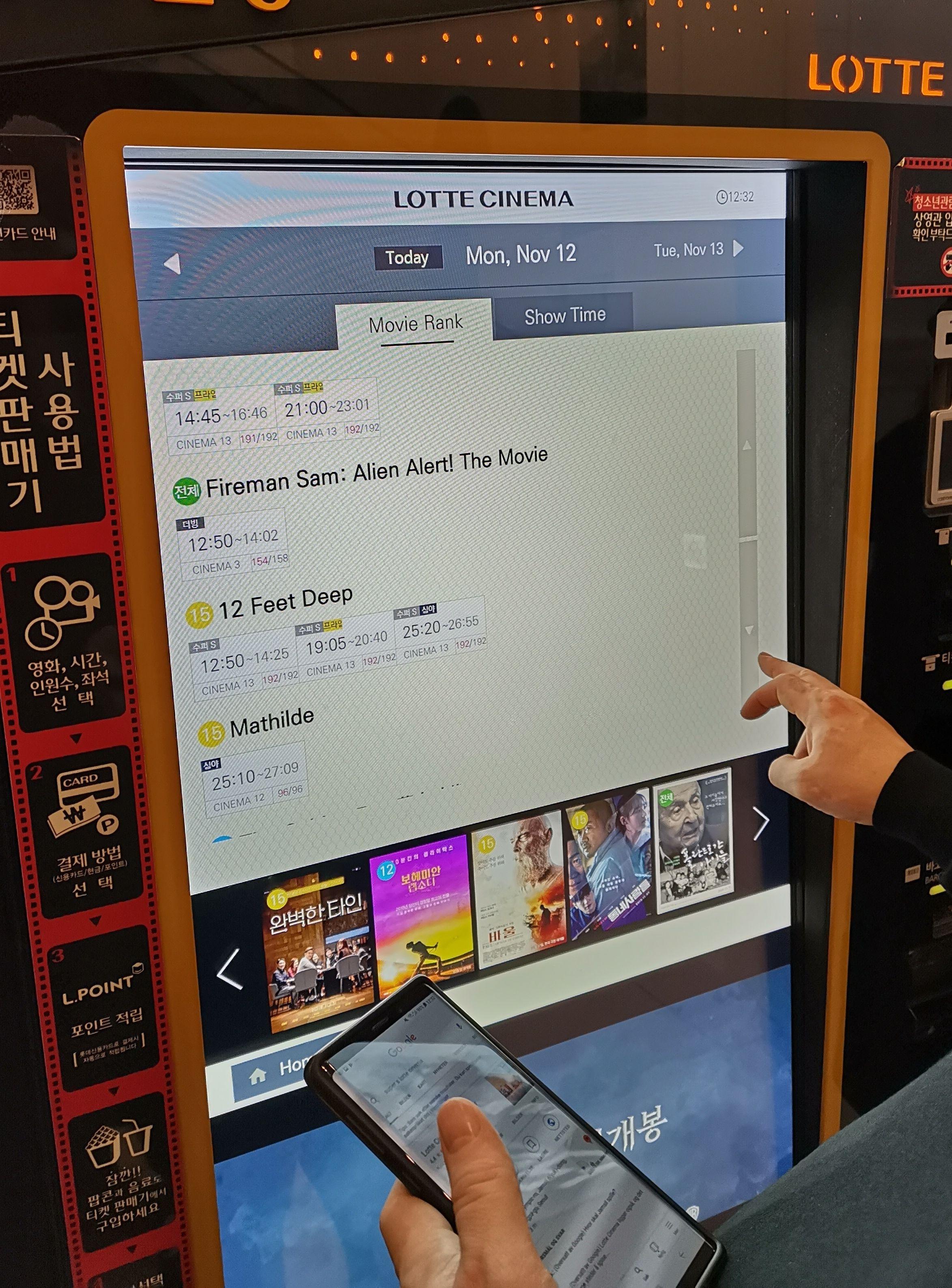 Vi til slutt bestilt billetter på denne automaten. Mye takket være Google Translate på mobilen fikk vi endret til Engelsk på skjermen.