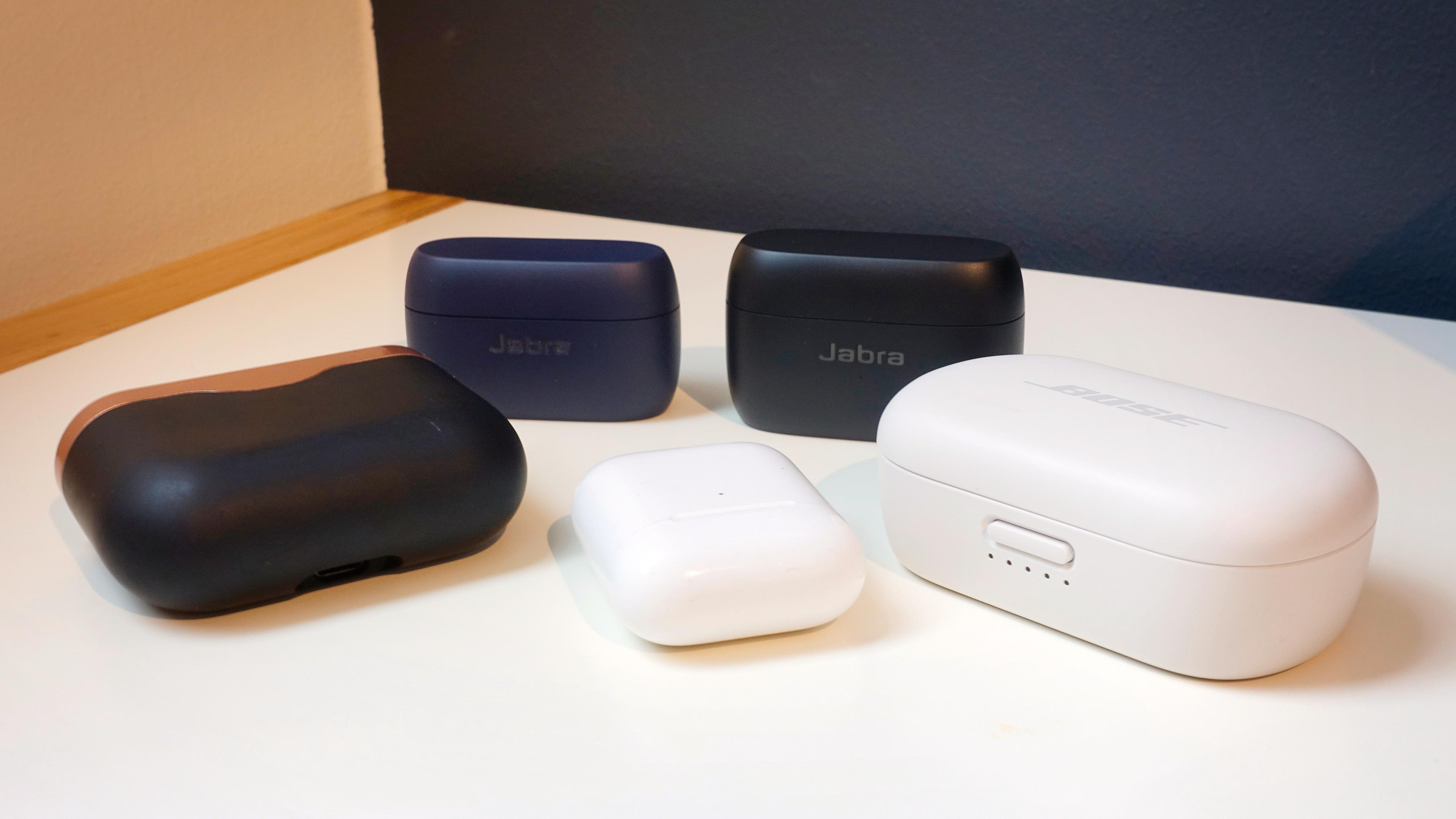 Selv om etuiet har vokst noe på 85t, er Jabras etuier for ganske kompakte å regne. Her sammen med Sony WF-1000XM3 (foran til venstre), Apples Airpods og Bose QC Earbuds.