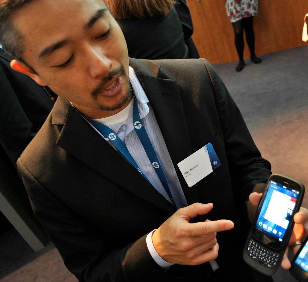 Produktsjef Mike Akamine i Palm viser frem HP Palms nye modeller.