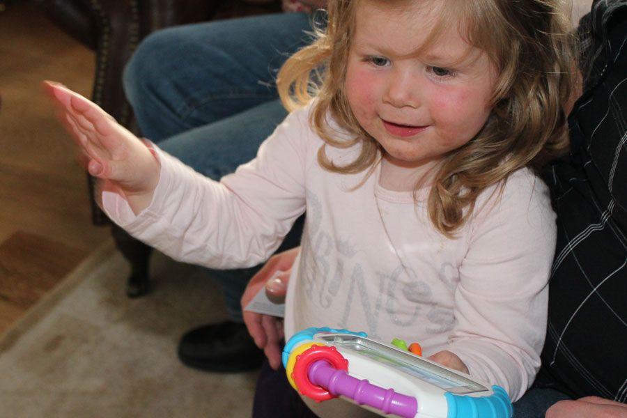 Linnea ga raskt beskjed om at denne leken var hennes. Den engelske fortellerstemmen fortalte hva delene på en bamse heter, og Linnea kan nå si